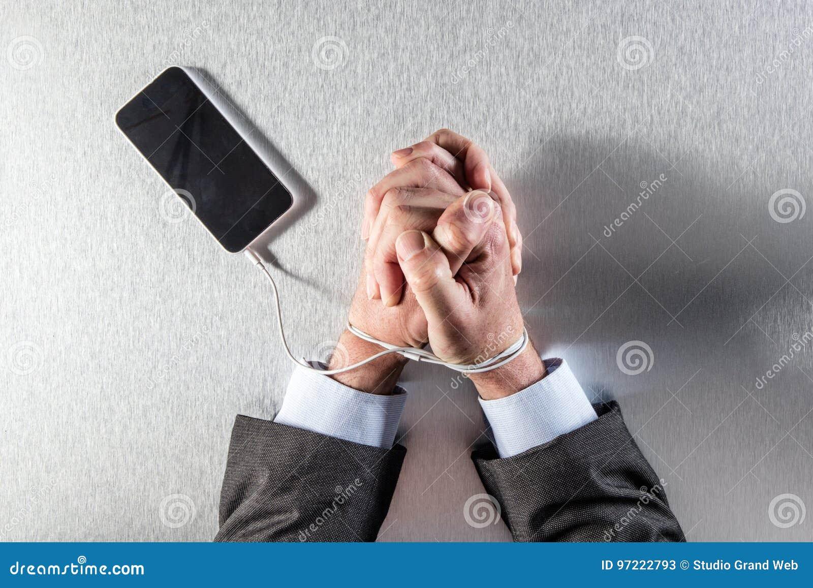 L homme d affaires patient de bourreau de travail remet fortement à sa corde de téléphone portable