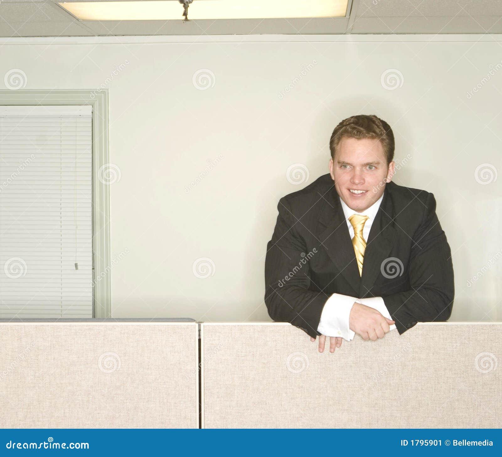 L homme d affaires reste en avant