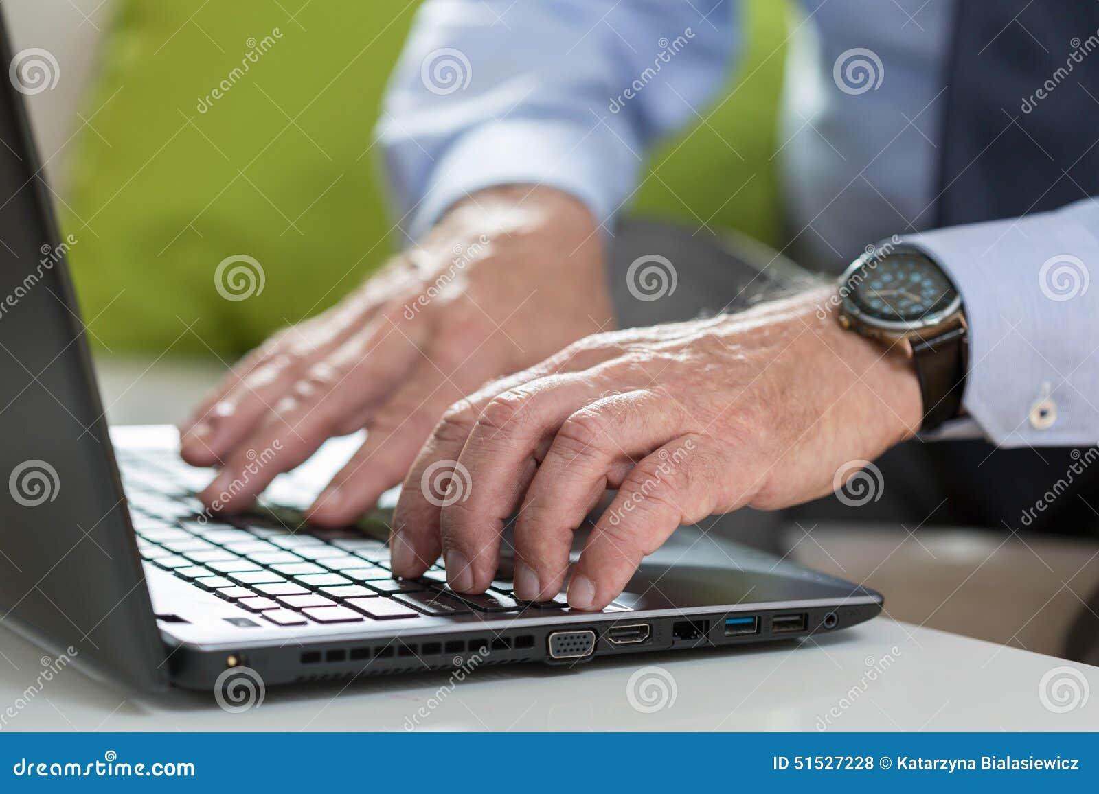 L homme d affaires supérieur utilise l ordinateur portable pour le travail