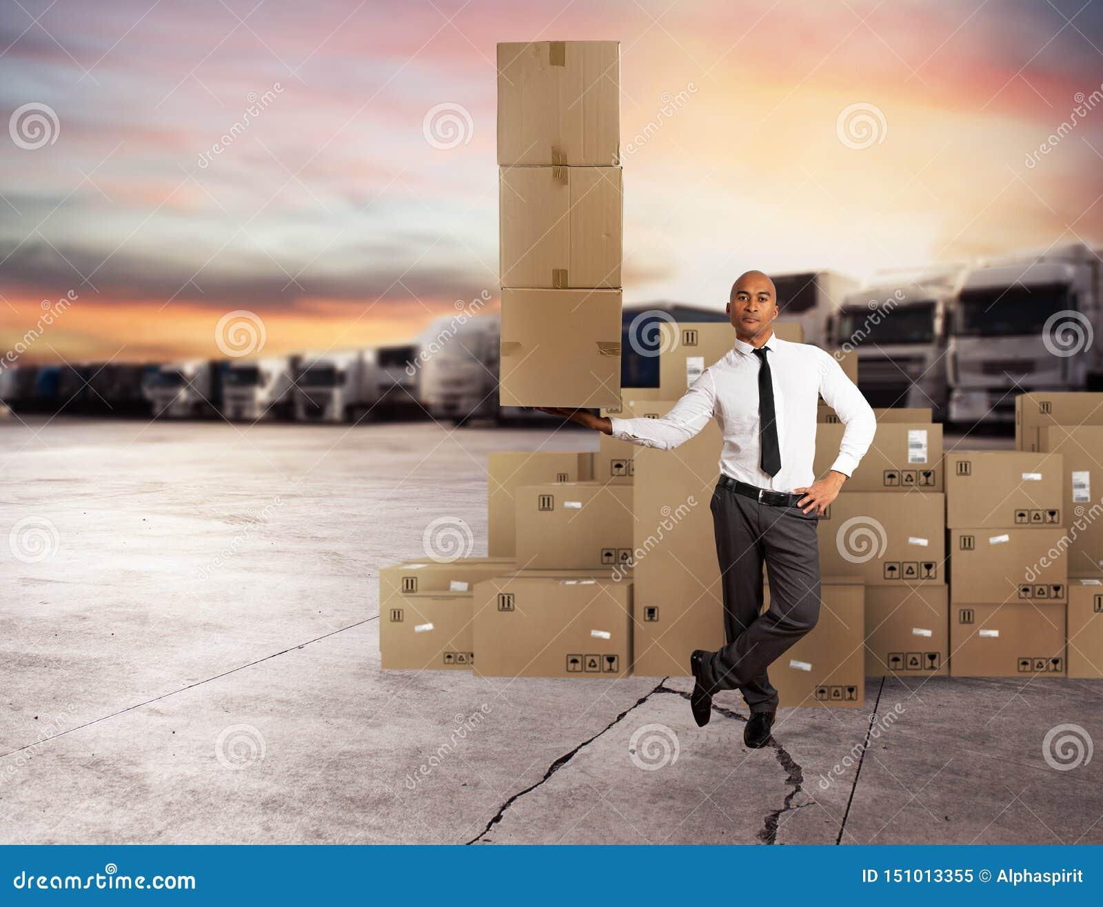L homme d affaires tient une pile des paquets dans une main Concept de la distribution rapide