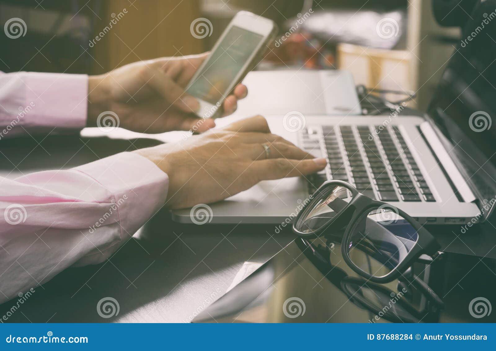 L homme d affaires utilise le téléphone pour communiquer