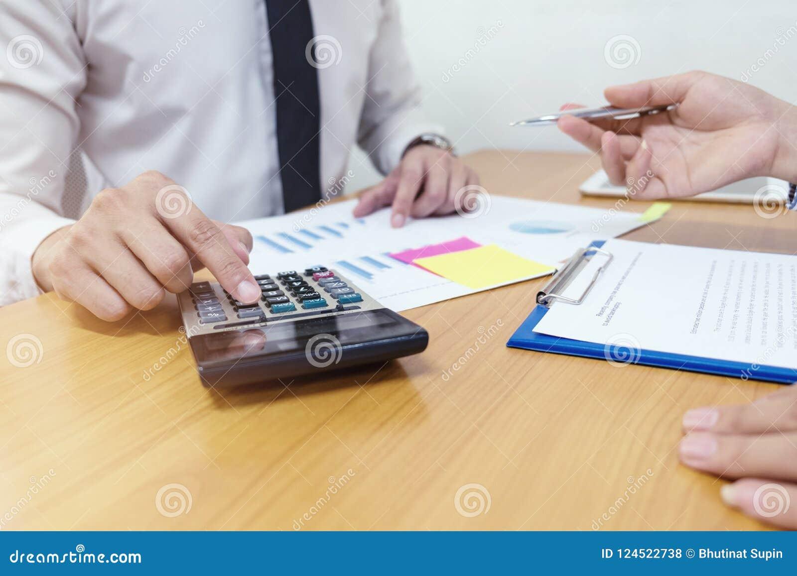 L homme d affaires utilise une calculatrice pour calculer les nombres avec