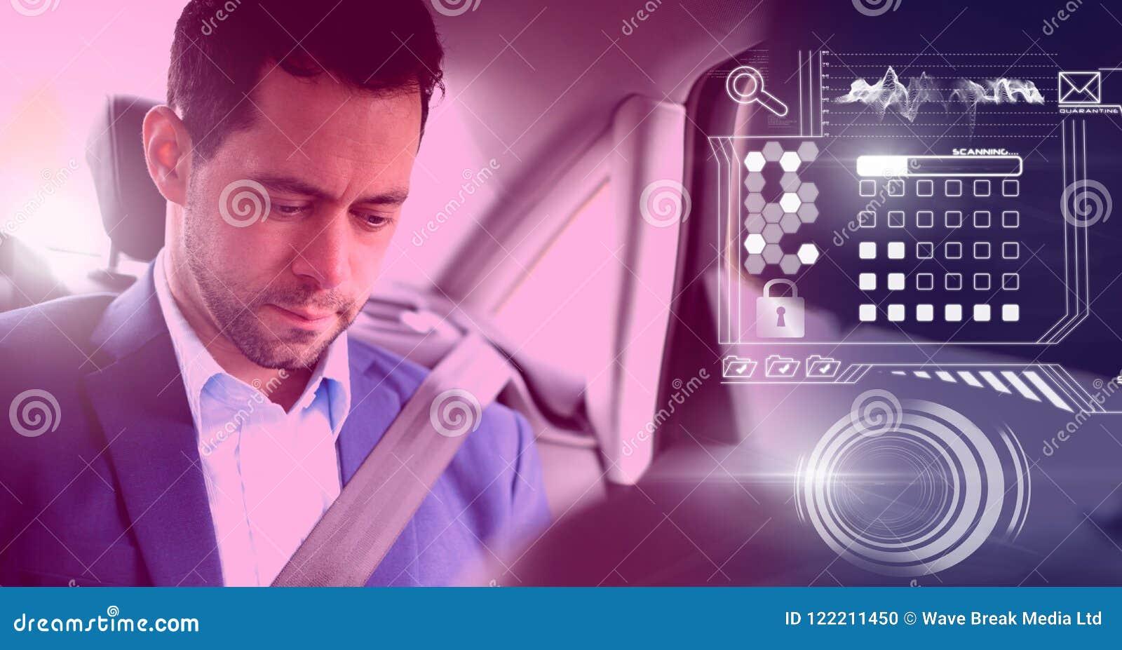 L homme dans la voiture autonome driverless avec des têtes montrent l interface