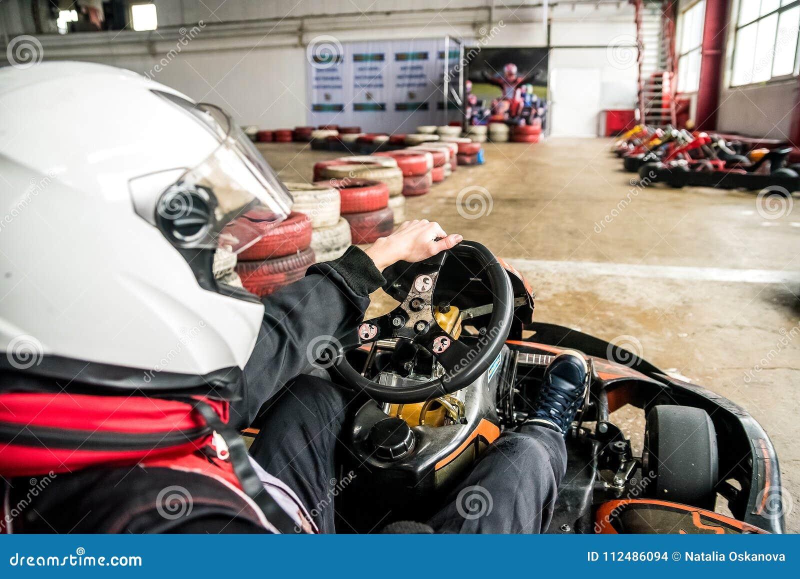 L homme dans le casque conduit le kart