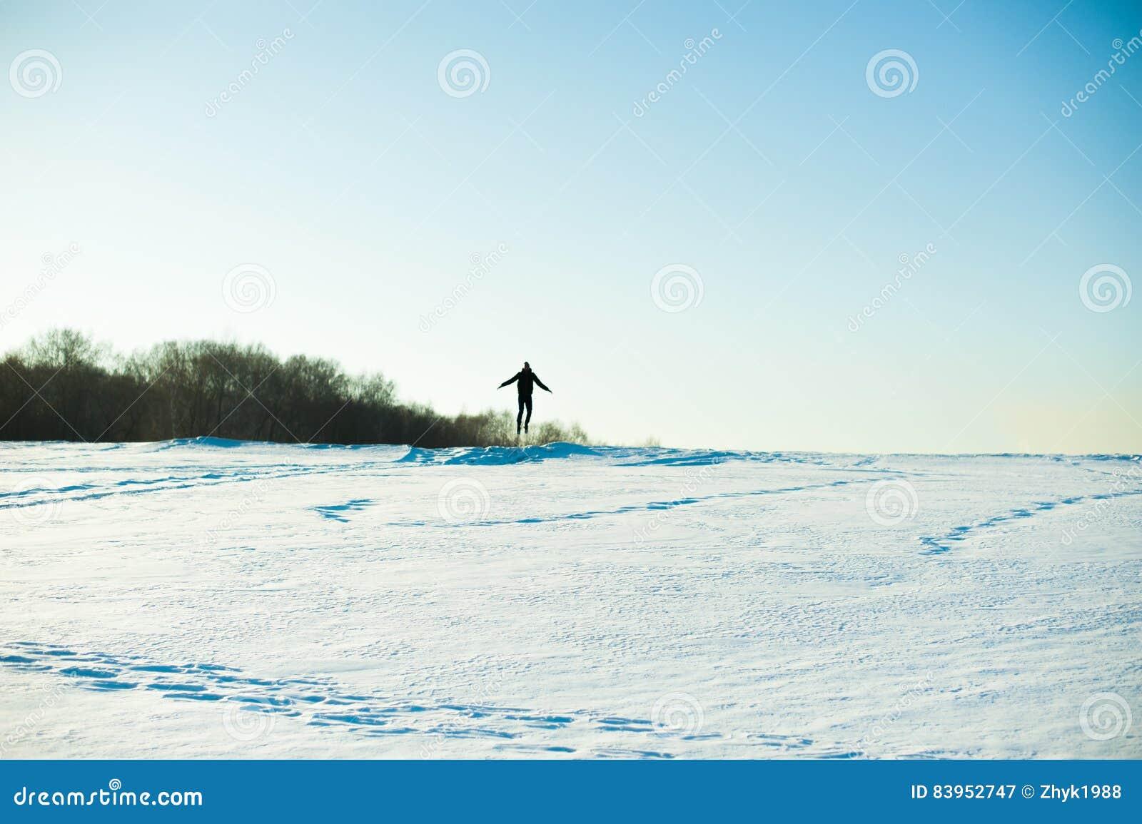 L homme dans le chandail chaud avec une barbe marche sur la rue pendant l hiver dans un jour ensoleillé chaud à la rivière