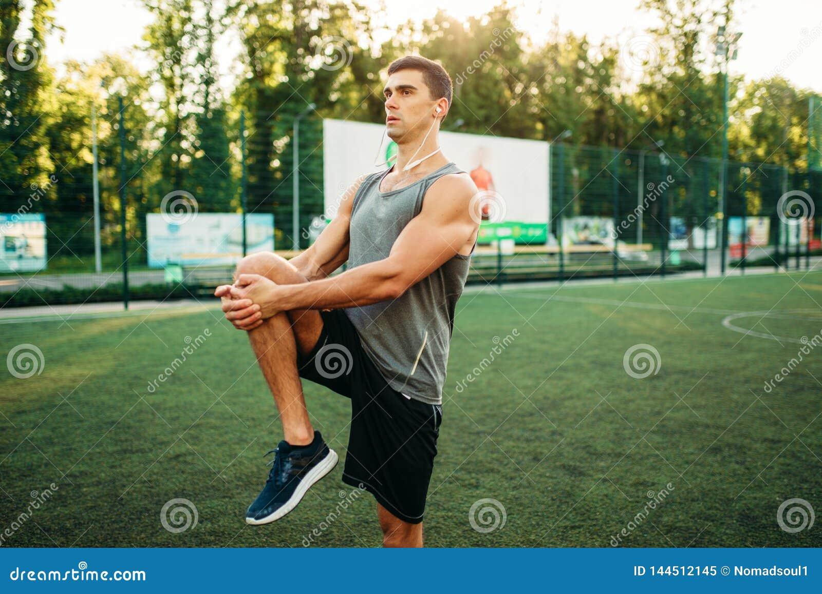 L homme dans les vêtements de sport se prépare à la séance d entraînement extérieure