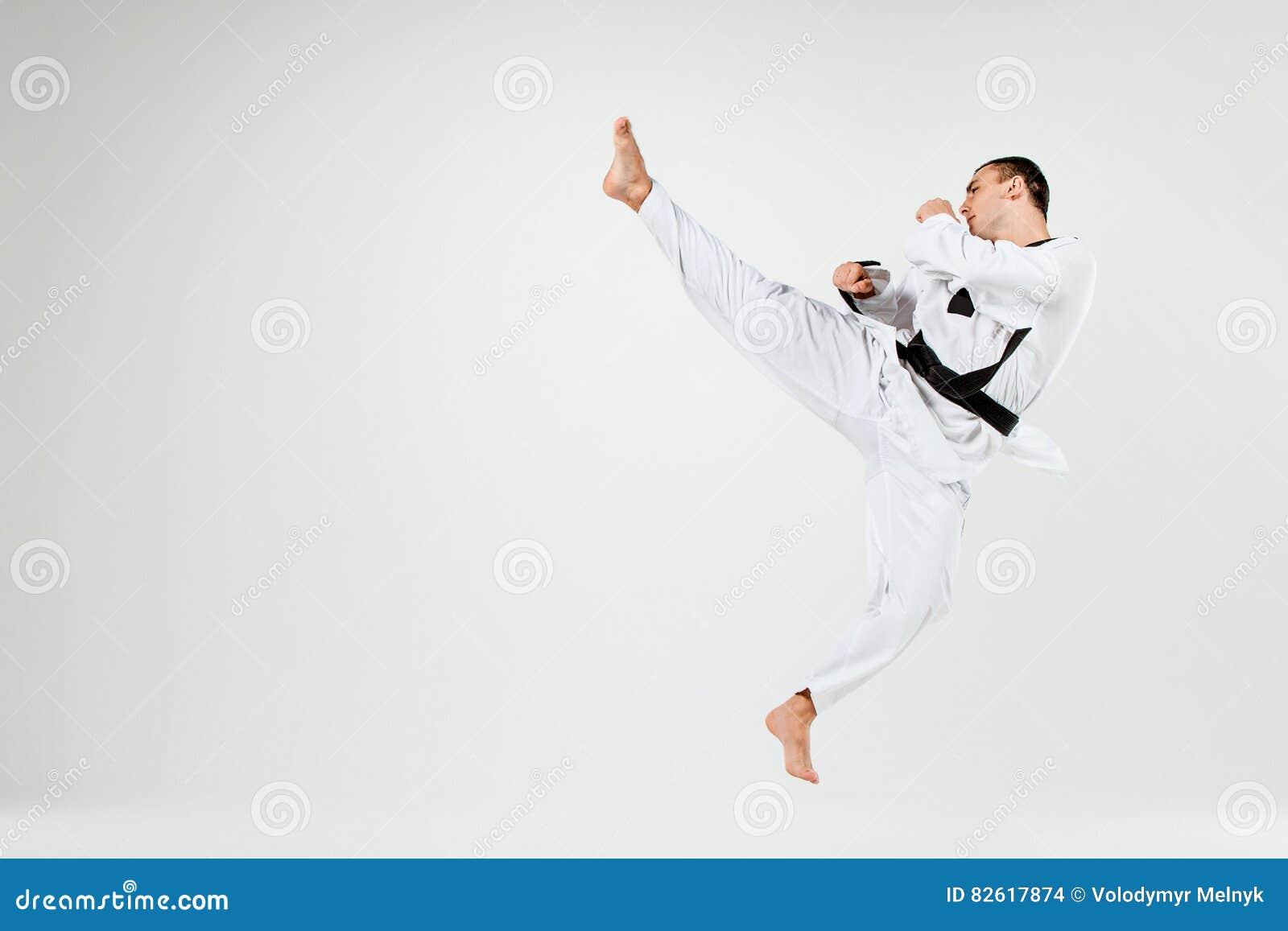 L homme de karaté avec la ceinture noire