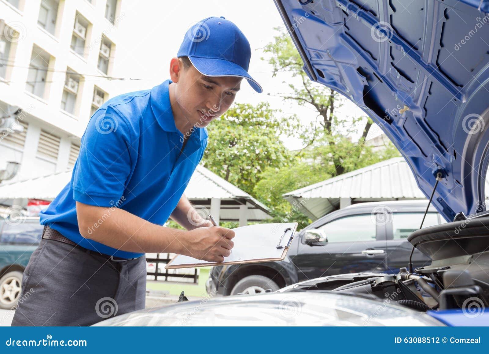Download L'homme De Mécanicien Tenant Le Presse-papiers Et Vérifient La Voiture Photo stock - Image du fixation, garage: 63088512