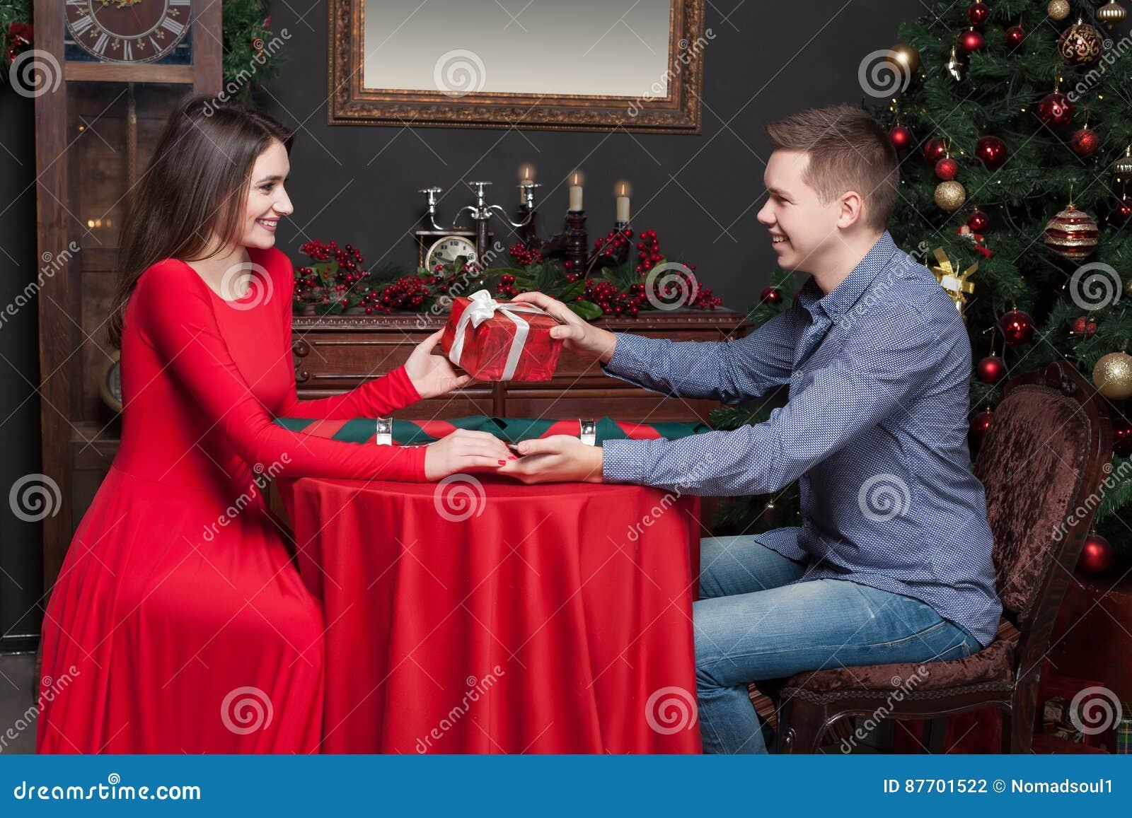 L homme donne un cadeau attrayant à la belle femme