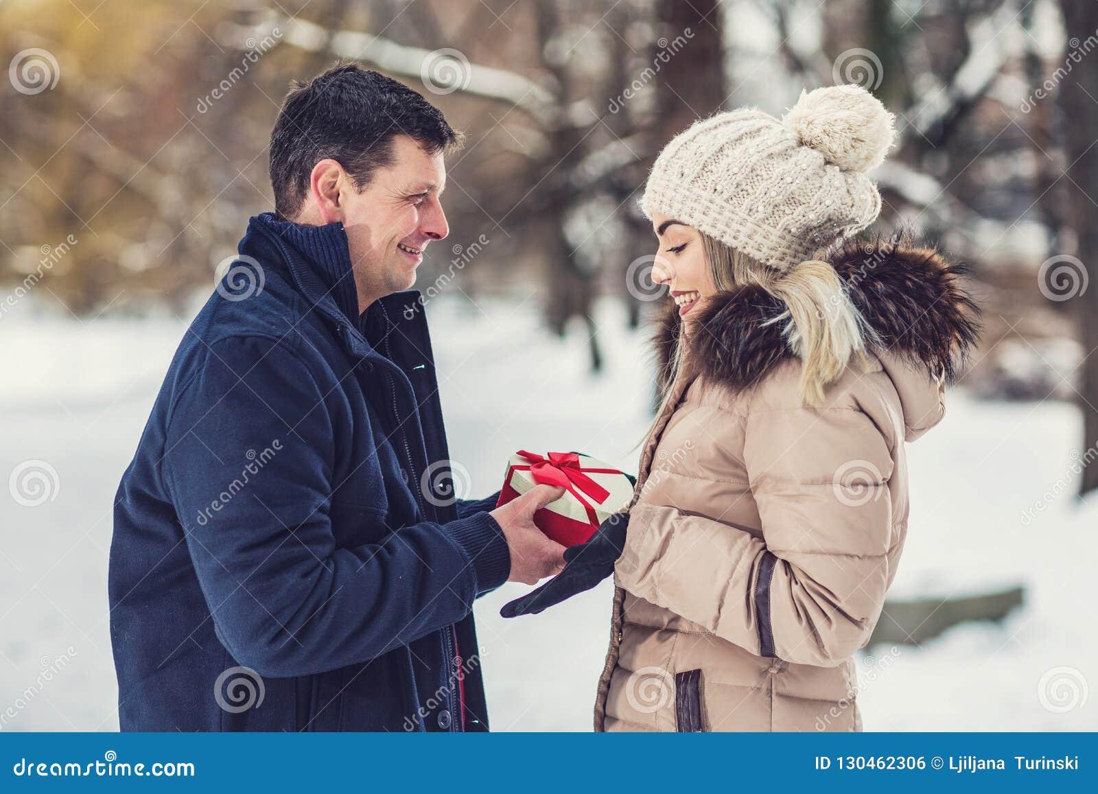 Cadeau De Noel Romantique Pour Homme.L Homme Donne Une Boîte Avec Un Cadeau à Son Amie Surprise