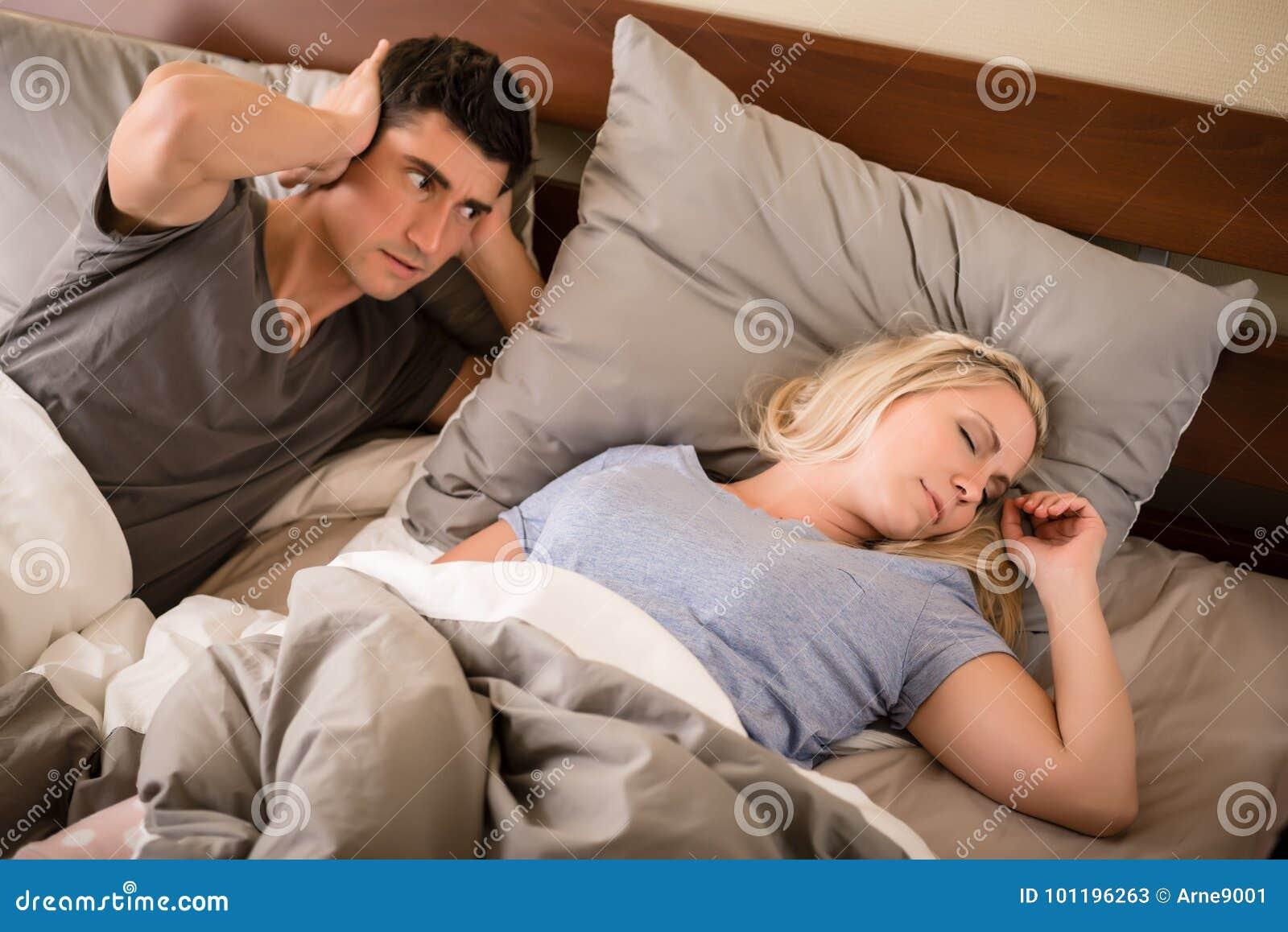 L homme a ennuyé par le ronflement de son associé