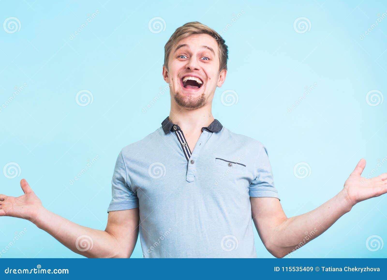L homme enthousiaste a hurlé dans le bonheur, gestes activement, grand surprisement exprimé, au-dessus de fond bleu