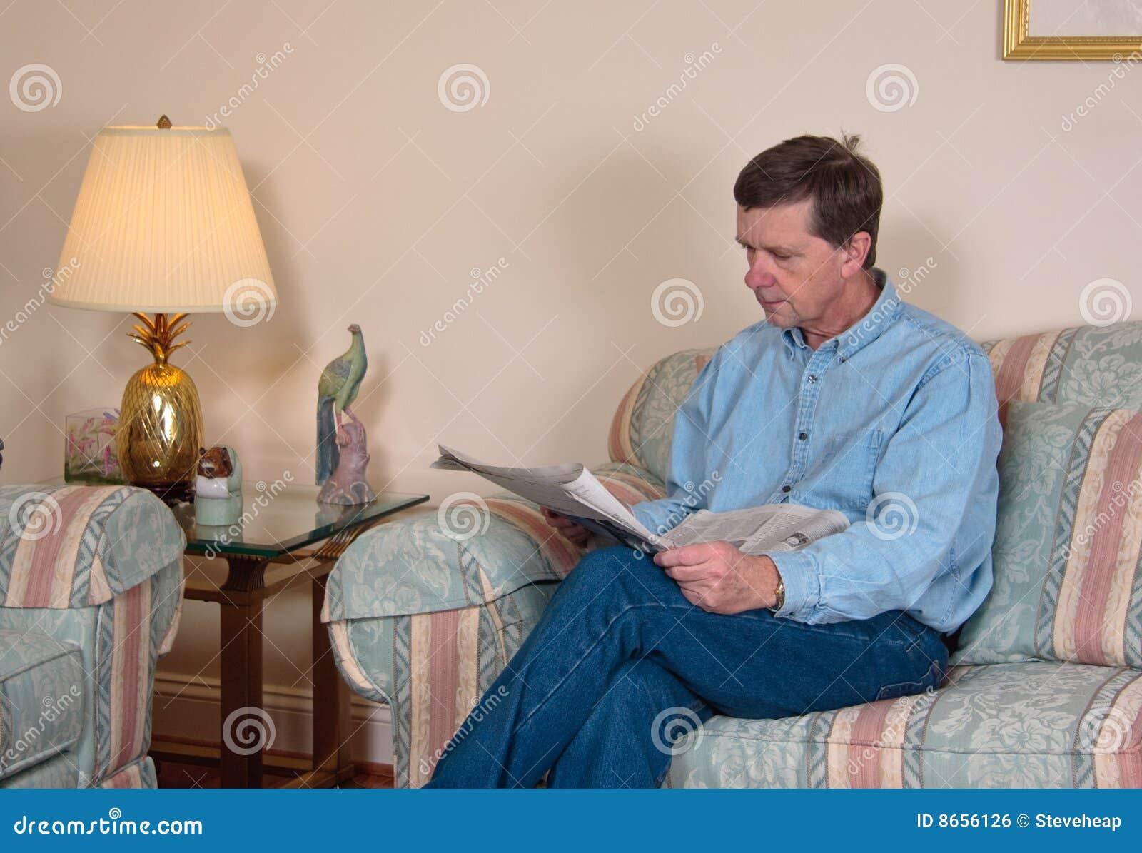 L homme entre deux âges détend sur le sofa