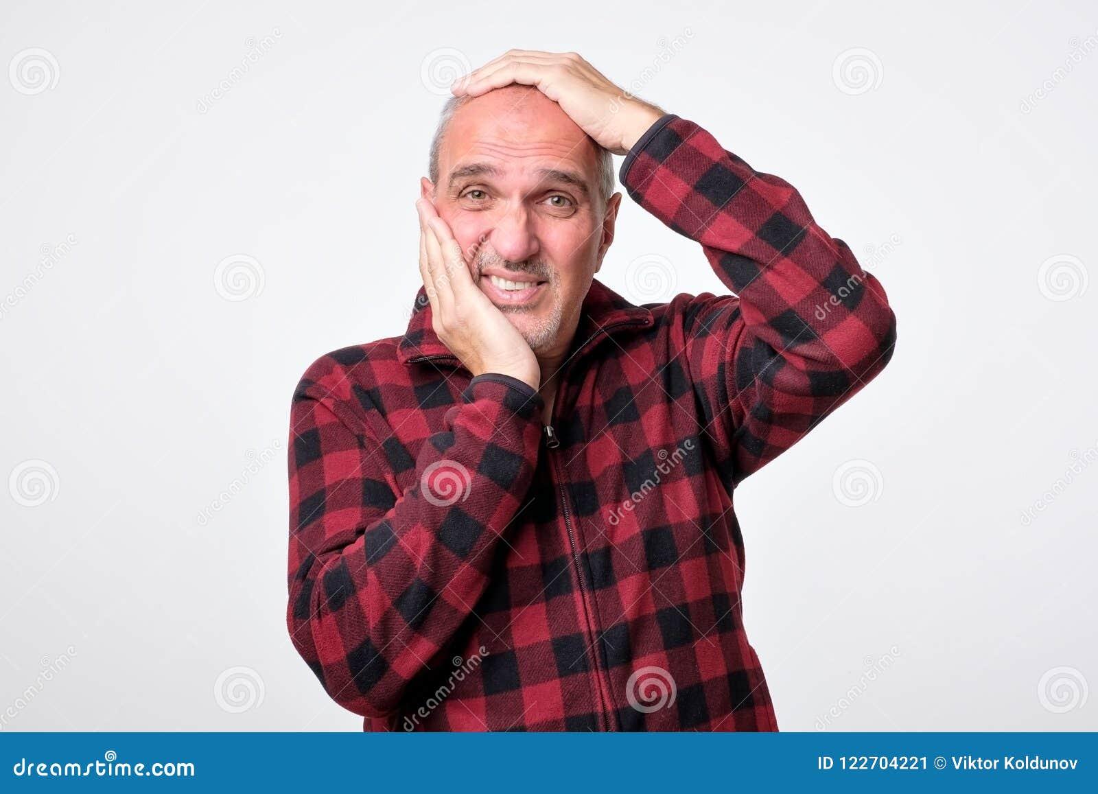 L homme espagnol désespéré pleure