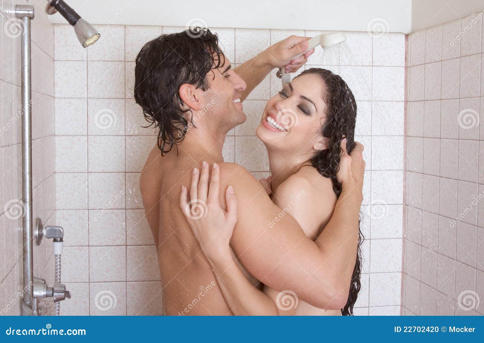 Baisers nus dans la douche