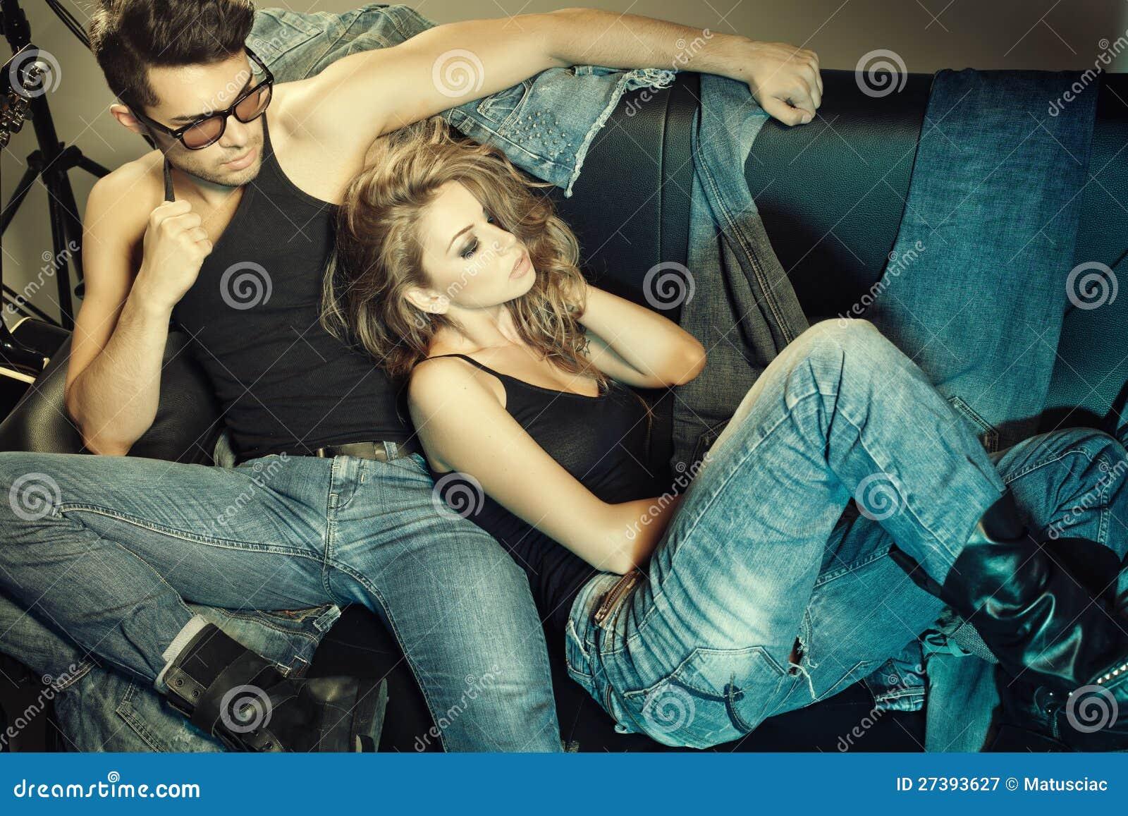Femme Homme Sexy l'homme et la femme sexy ont rectifié dans la pose de jeans image