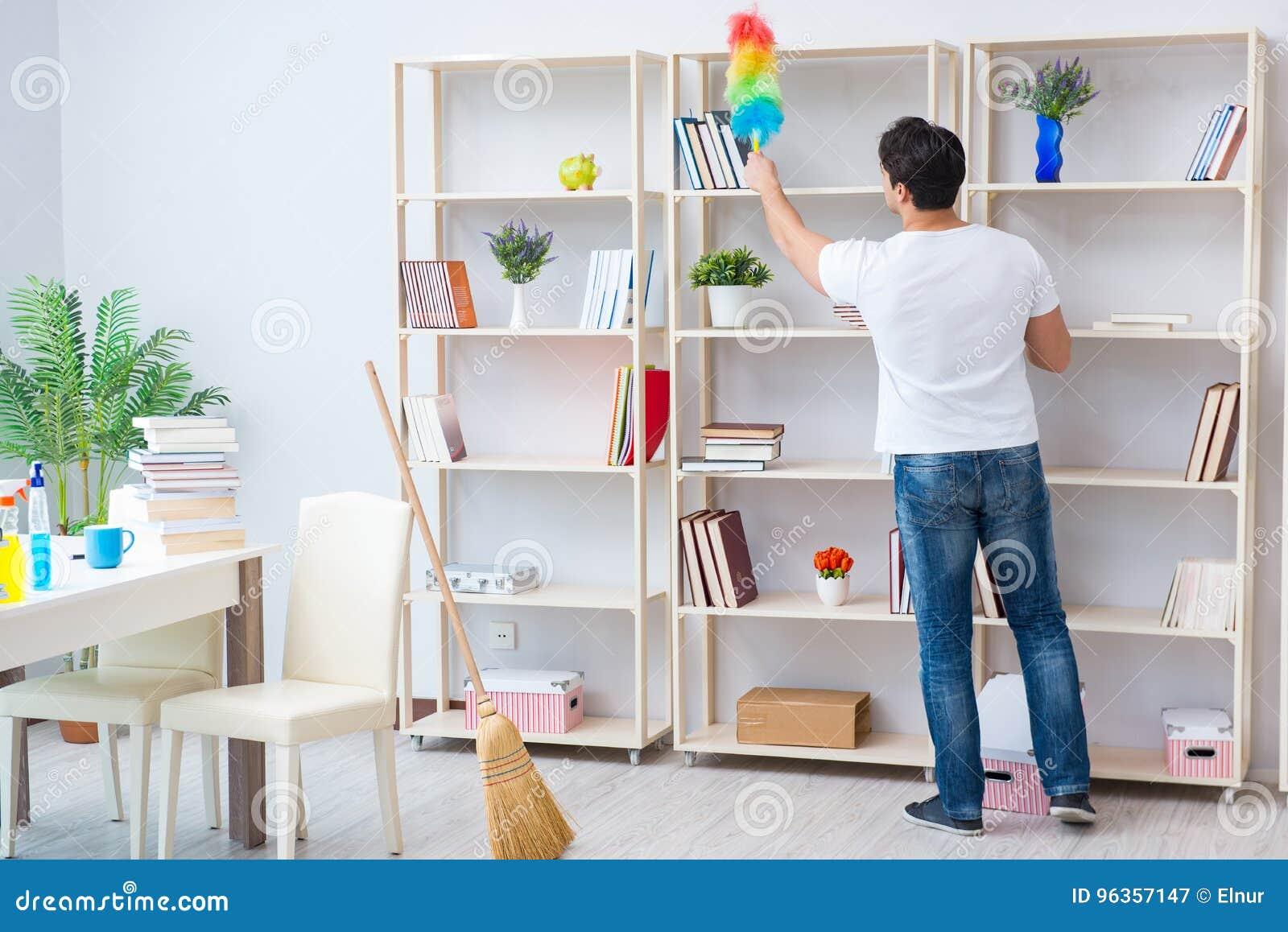 L homme faisant le nettoyage à la maison
