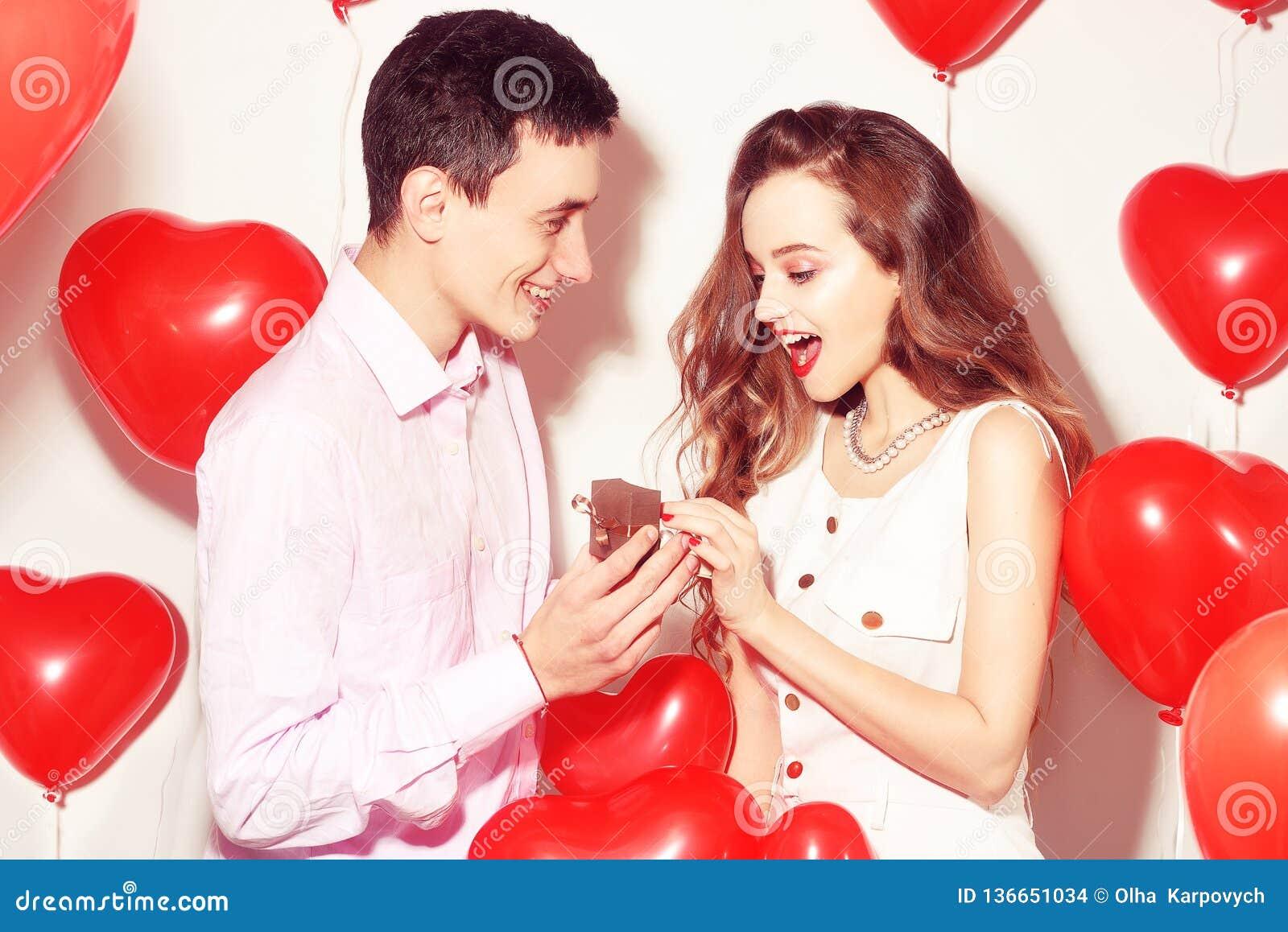 L homme fait le présent à sa belle fille d amoureux Le Saint Valentin de l amant Valentine Couple Le garçon donne à ses bijoux d