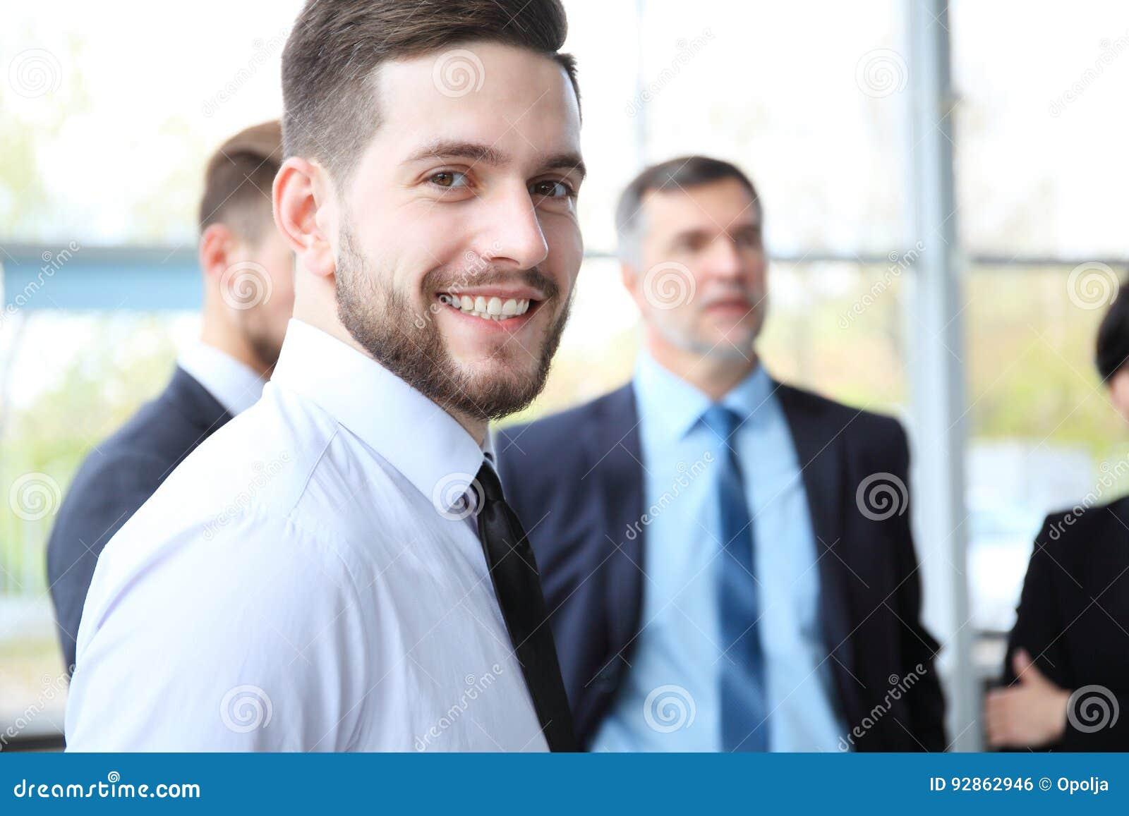L homme futé heureux d affaires avec l équipe joint la discussion à l arrière-plan