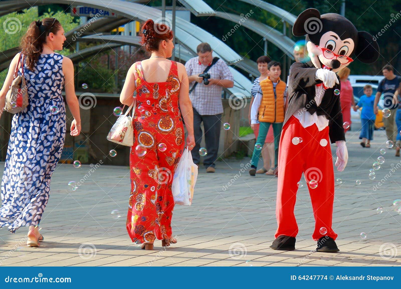 L Homme Habillé Comme Souris De Mickey Danse Dans La Rue