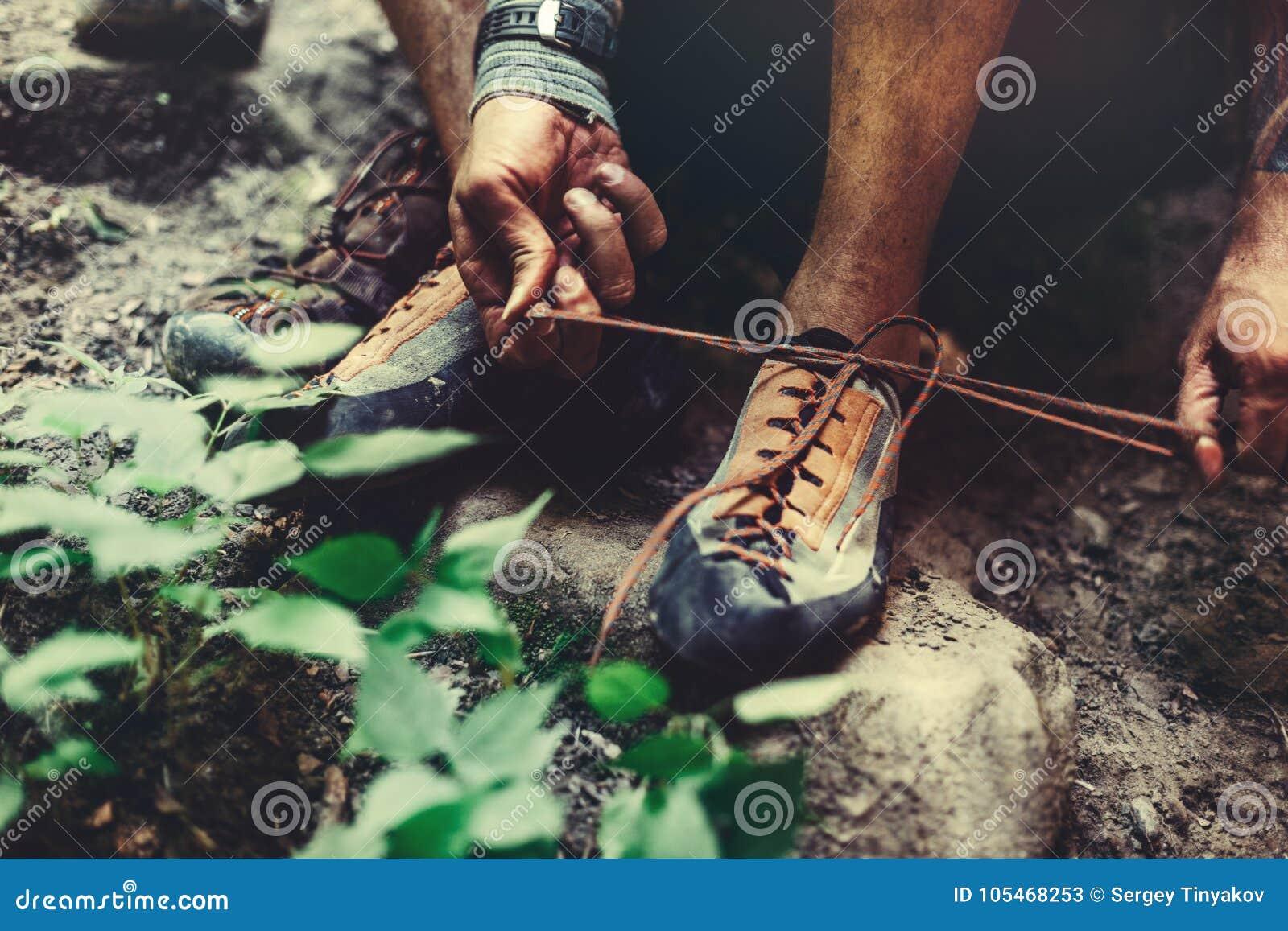 L homme habille les chaussures s élevantes pour s élever, plan rapproché Concept extrême d activité en plein air de passe-temps
