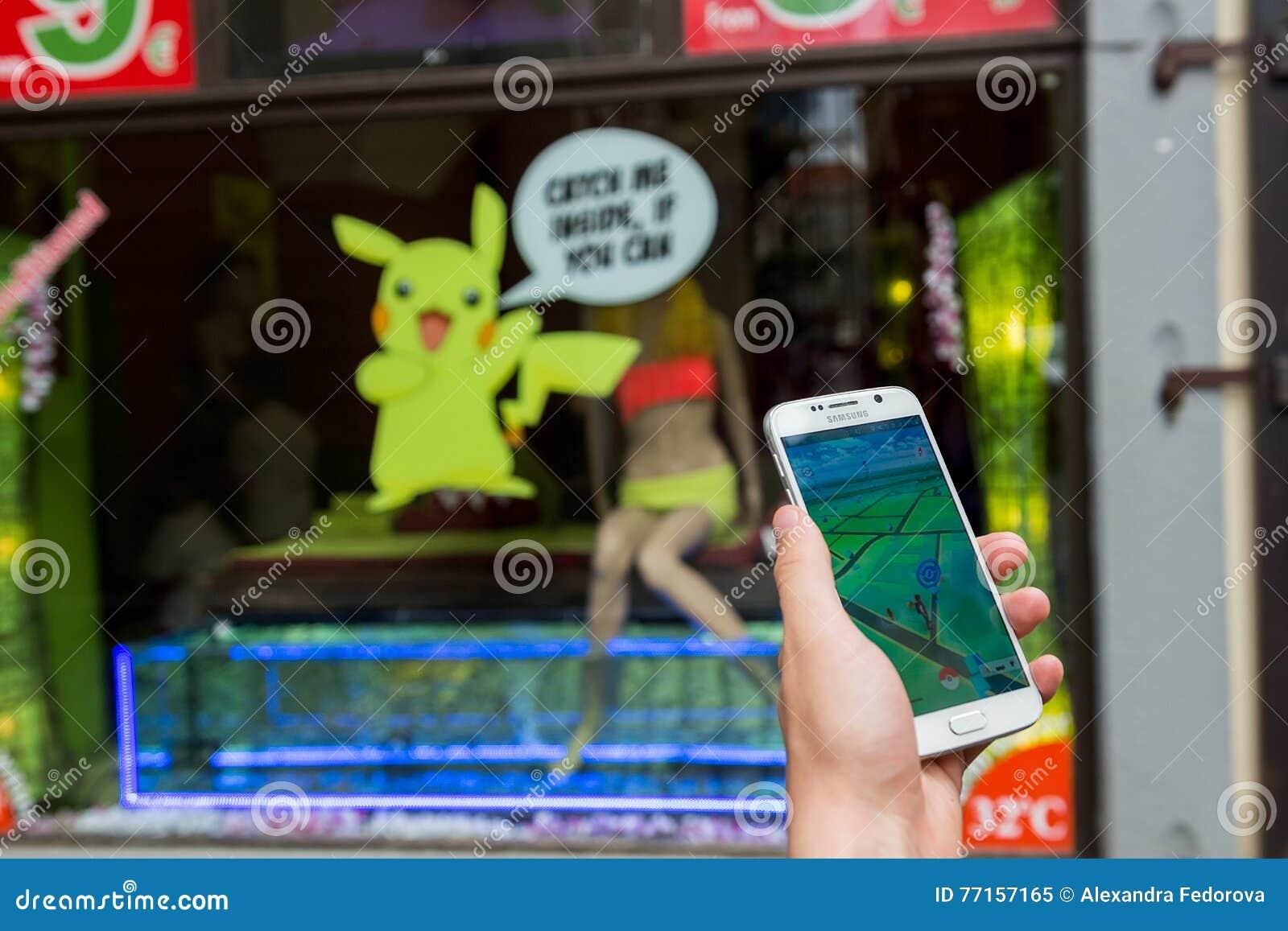 L homme jouant Pokemon vont extérieur