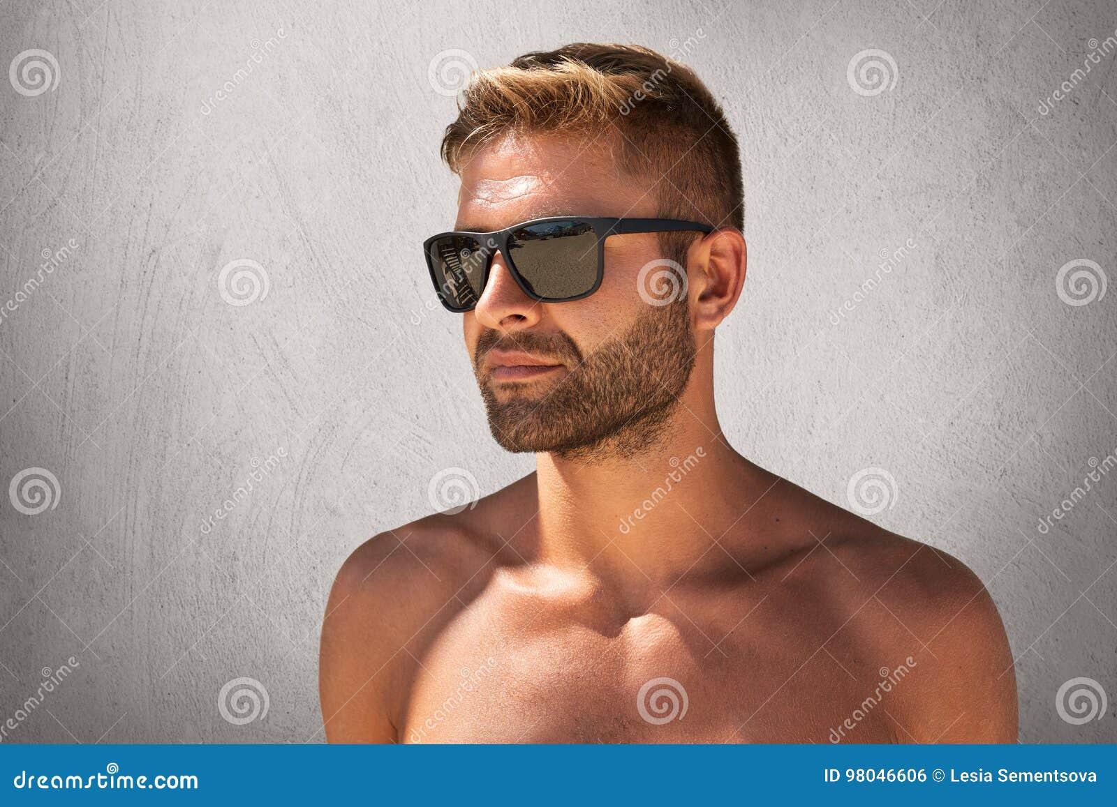 L Homme Macho Fort Avec La Coiffure Elegante Poil Pose Nue Contre
