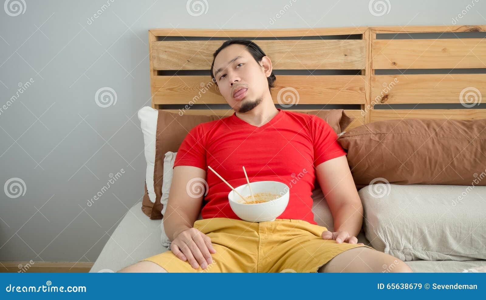 L homme mange des nouilles