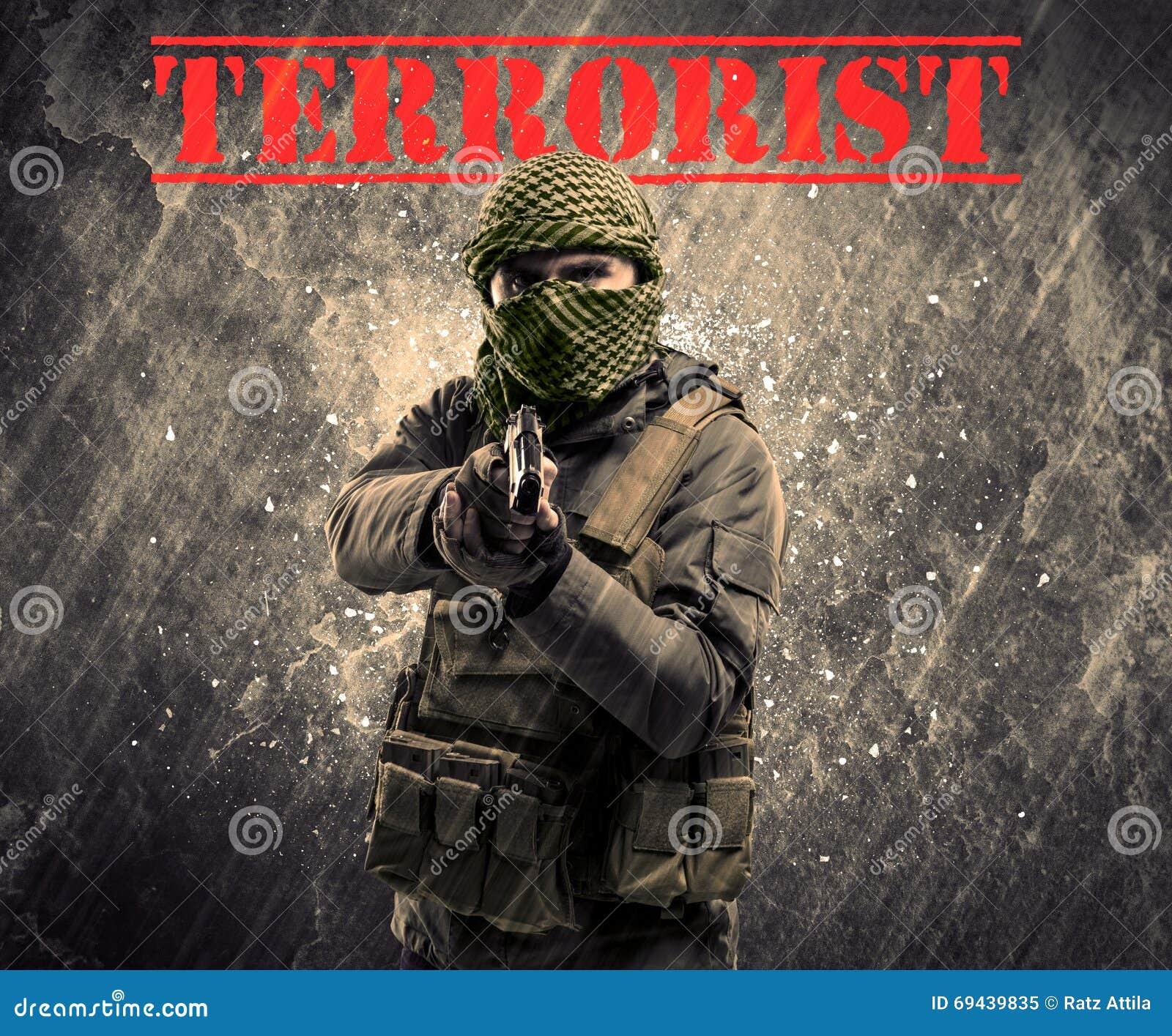 L homme masqué et armé dangereux avec le terroriste se connectent le CCB sale
