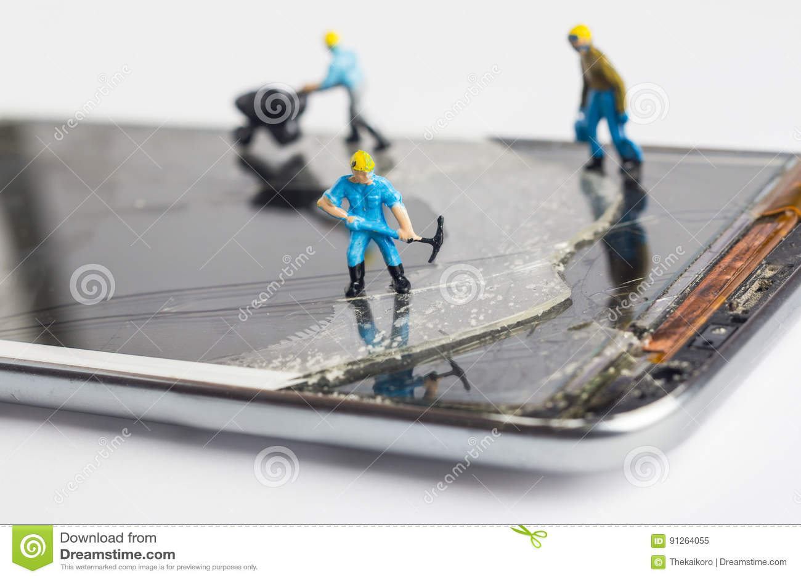 L homme miniature fixant le smartphone cassé