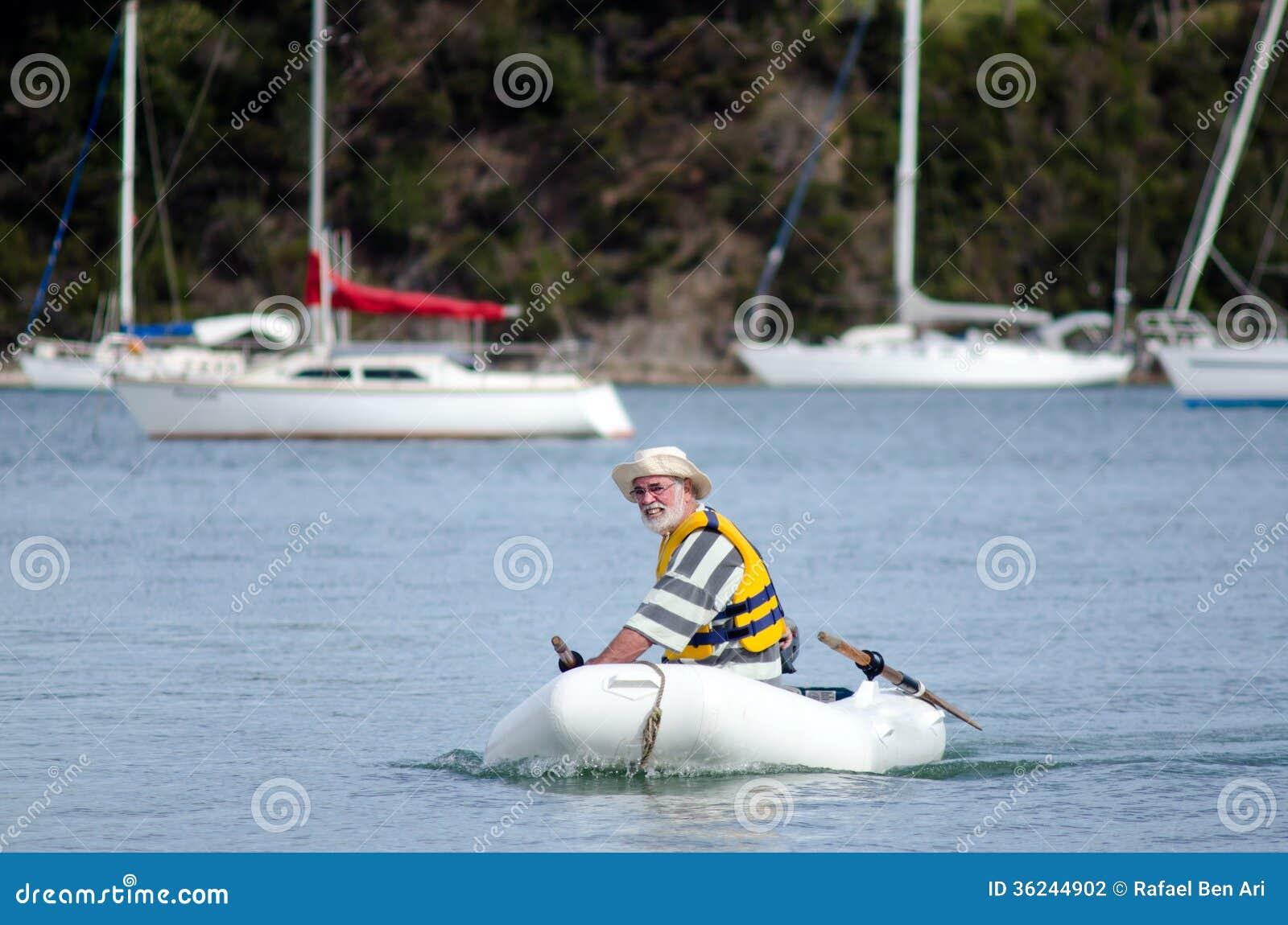 L 39 homme navigue un bateau gonflable photographie stock image 36244902 - Bateau gonflable mer ...