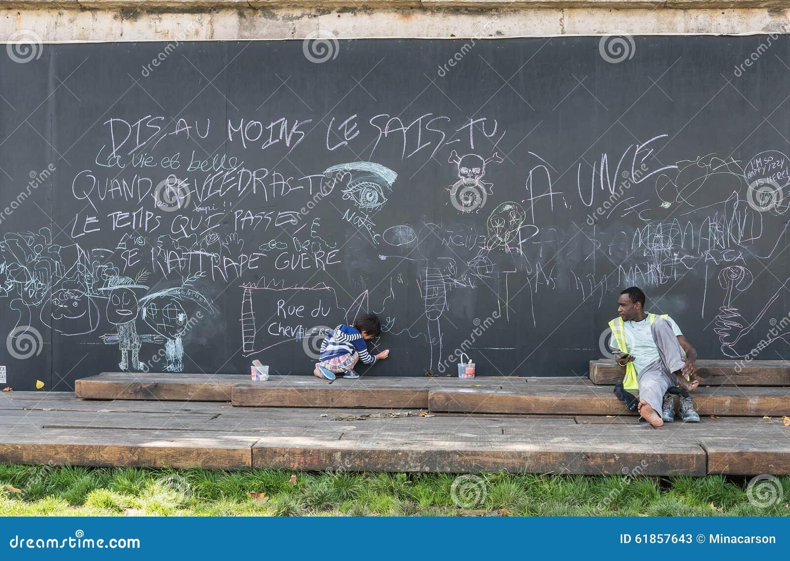 L 39 homme observe l 39 enfant dessiner sur le tableau noir for Tableau exterieur