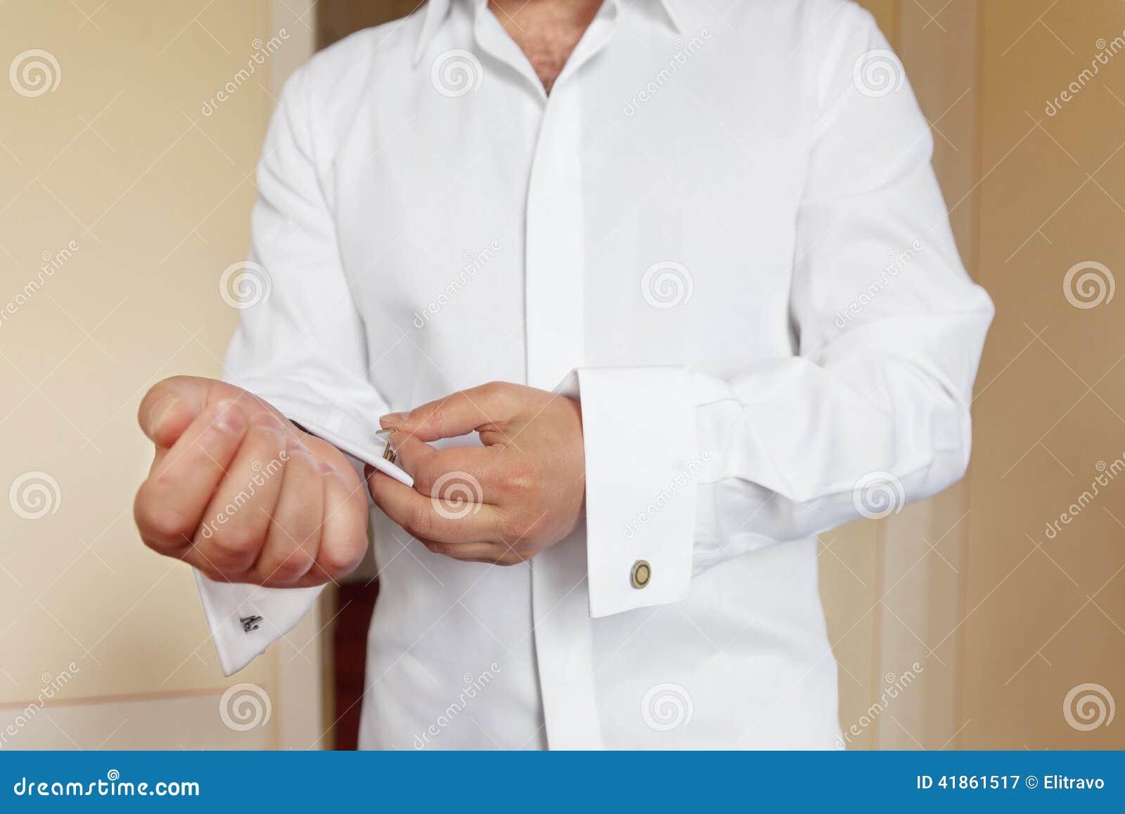 paquet à la mode et attrayant choisir le plus récent achat original L'homme Porte La Chemise Et Les Boutons De Manchette Blancs ...
