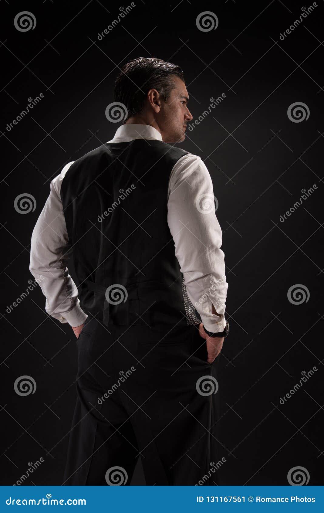 L homme pose pour la caméra