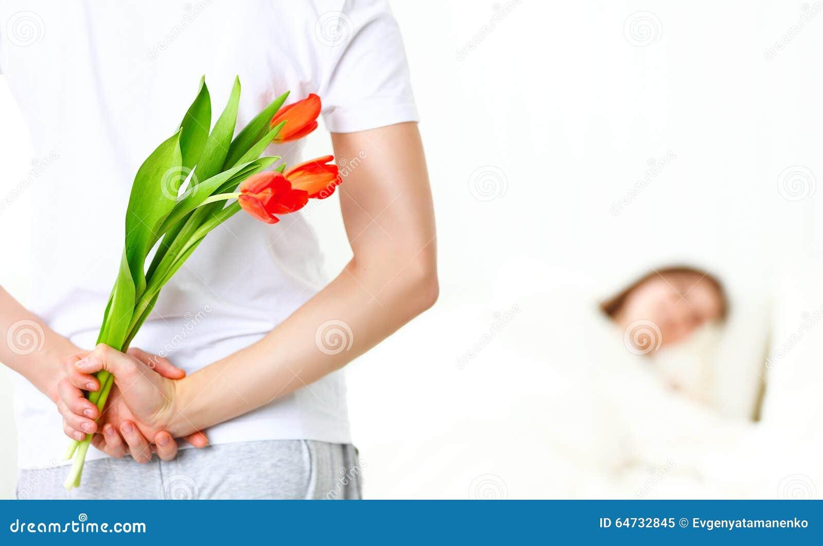 L Homme A Prepare Un Cadeau De Surprise Des Fleurs Pour L Amie Image