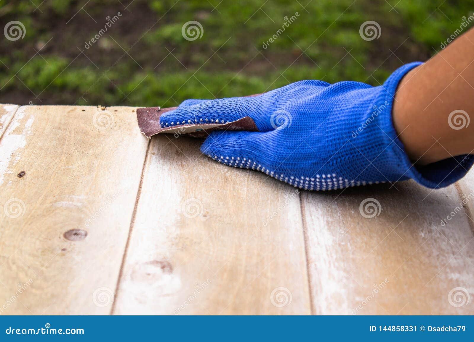L homme prépare la surface pour les mains de peinture et de meulage