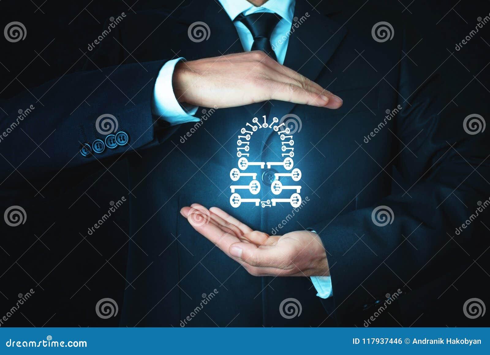 L homme protègent le cadenas Fait de beaucoup de clés Concept de garantie