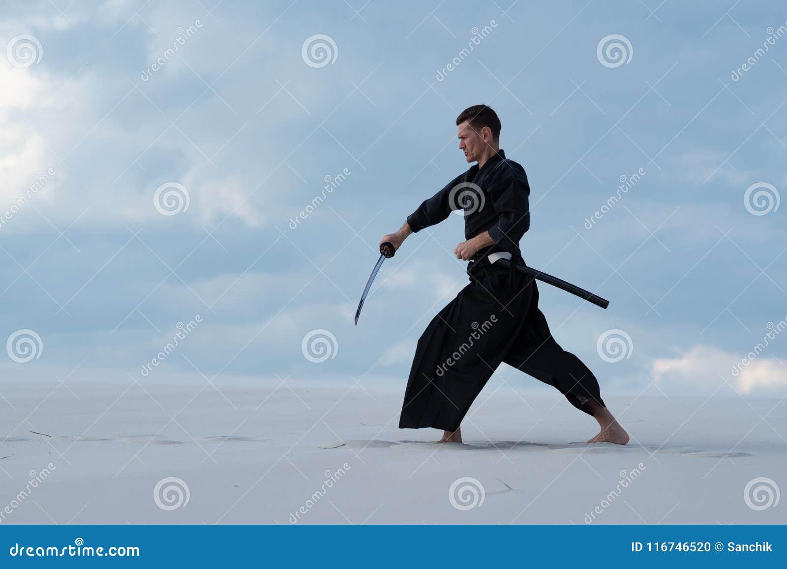L homme résolu pratique des arts martiaux dans le désert