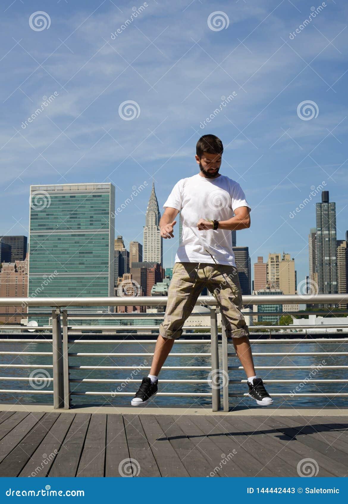 L homme sautant et regardant sa montre à New York