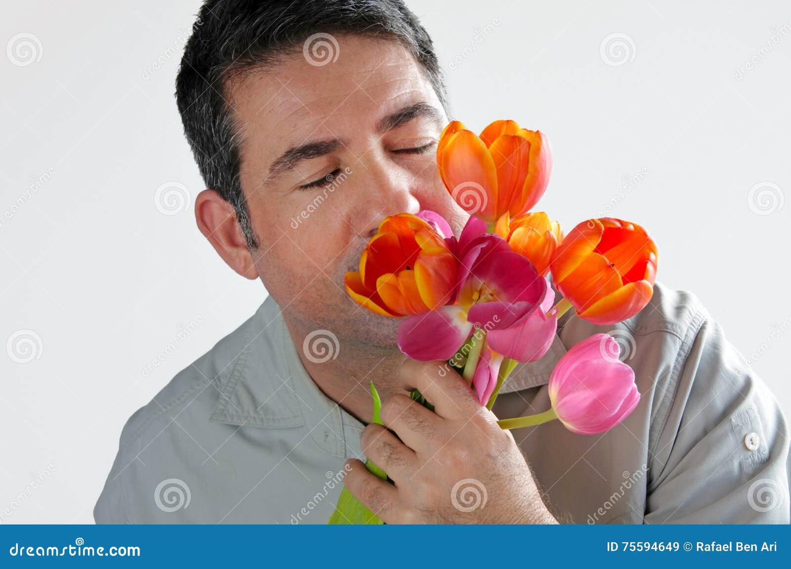 L 39 homme sent un bouquet des fleurs de tulipes photo stock for Bouquet de fleurs pour un homme