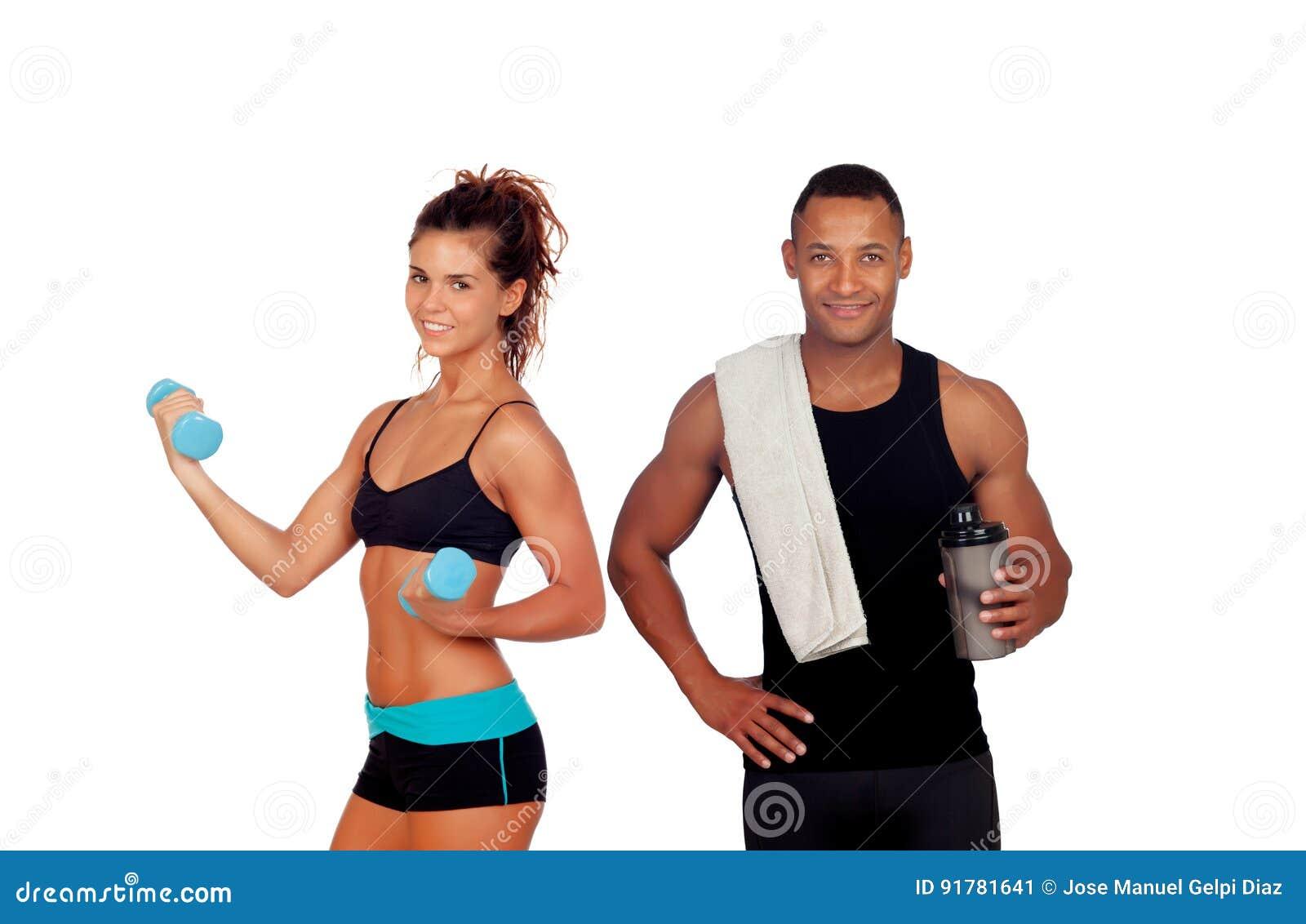 L homme sportif après avoir fait exerce le proteincockta potable de dispositif trembleur