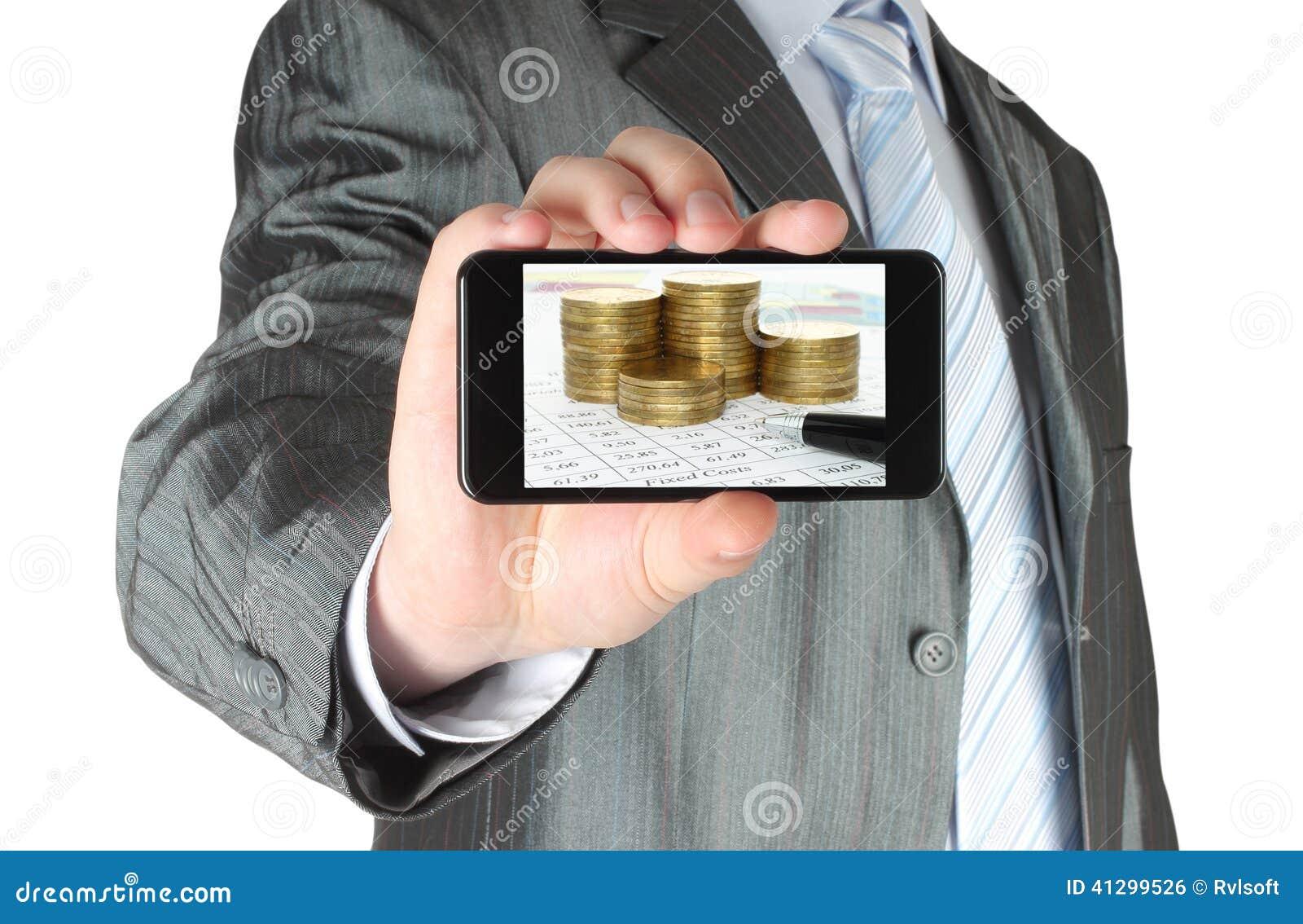 L homme tient le téléphone intelligent avec la composition d affaires des graphiques et de l argent