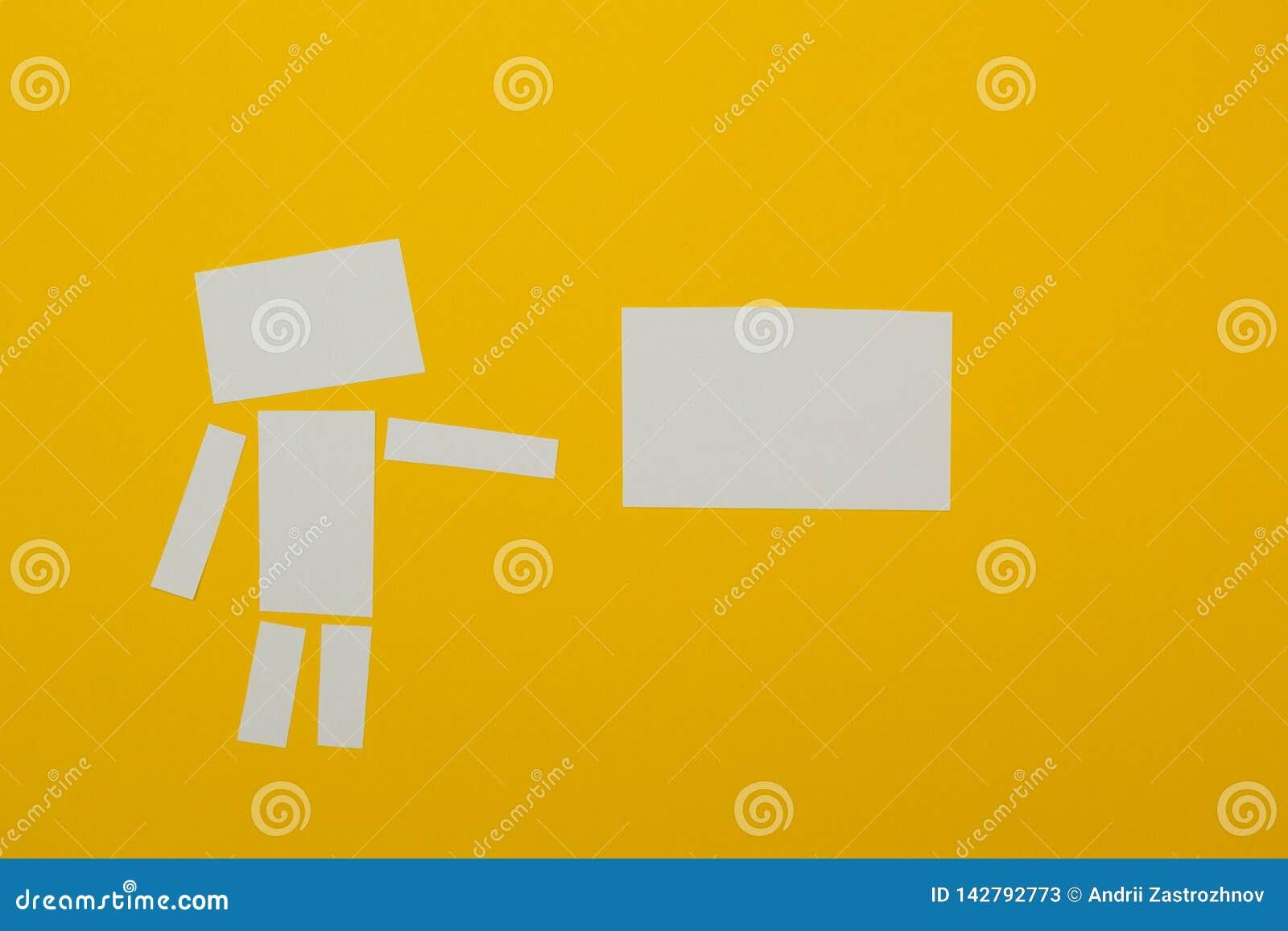 L homme tient une affiche de papier pour le label