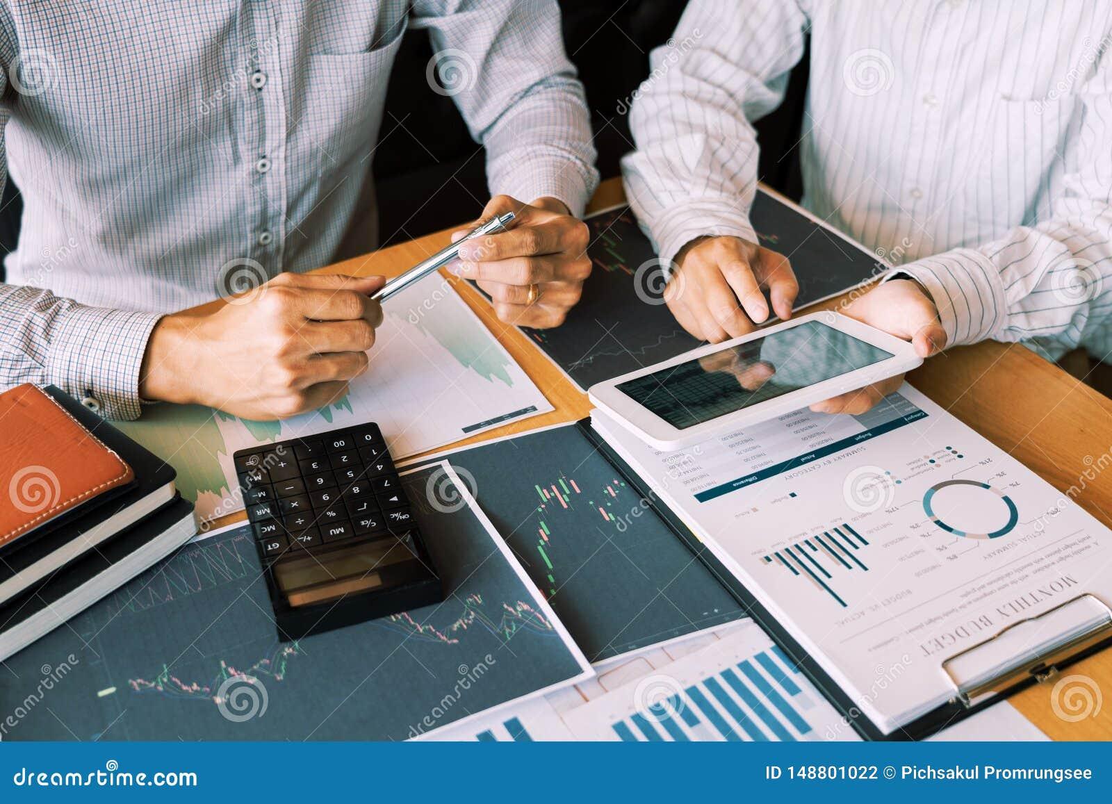 L homme travaillant d affaires, l équipe de courtier ou les commerçants parlant des forex sur les écrans d ordinateur multiples d