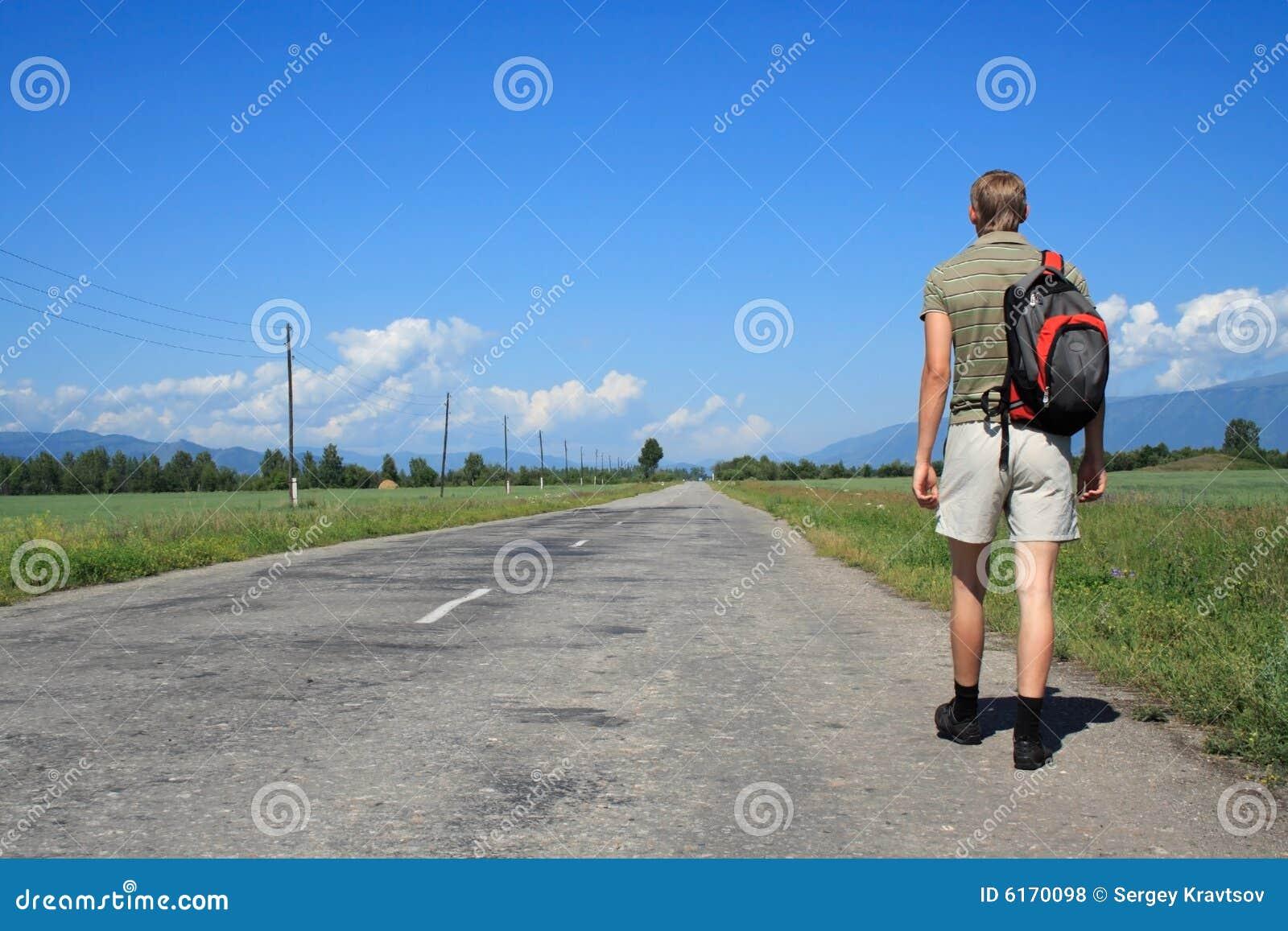 L homme va sur la route