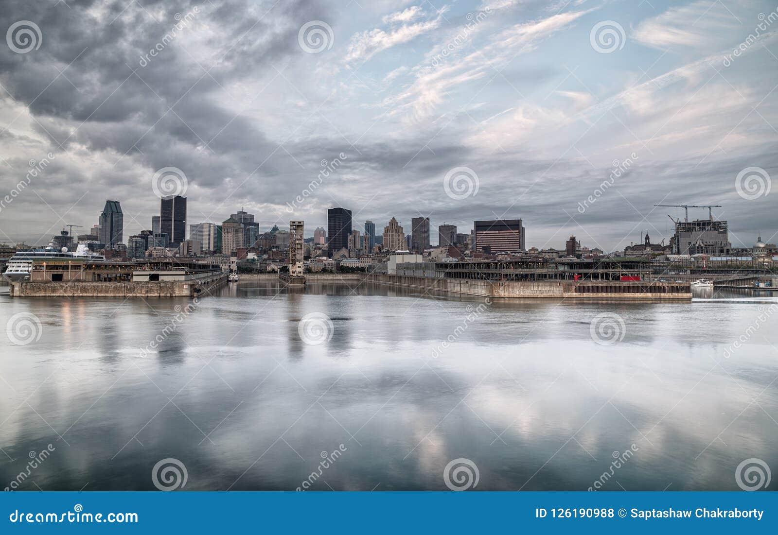 L horizon de Montréal a réfléchi sur la rivière un matin nuageux