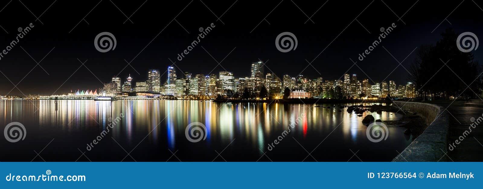 L horizon du centre de Vancouver la nuit de Stanley Park