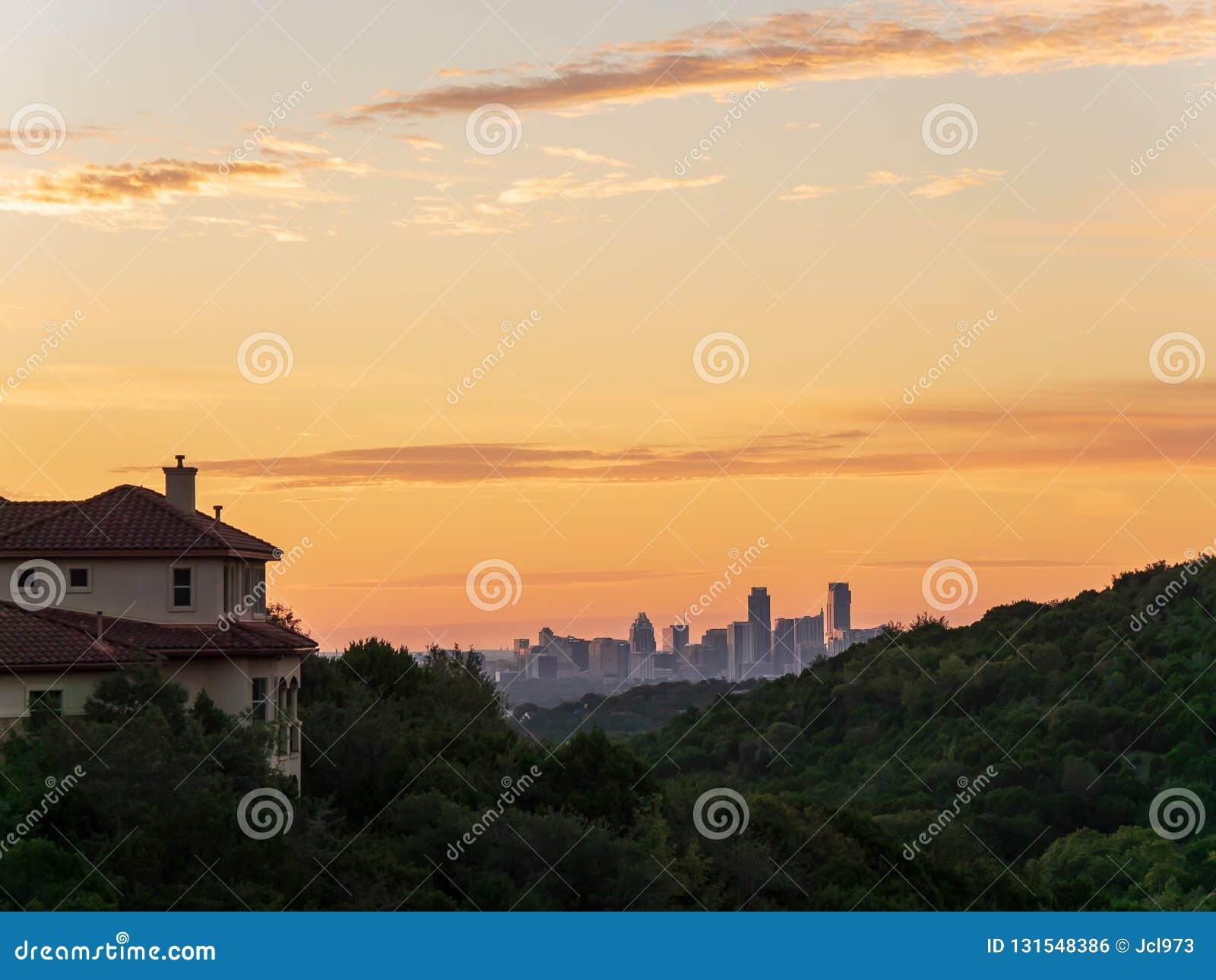 L horizon a tiré d Austin Texas en centre ville niché entre les collines pendant le lever de soleil d or vibrant