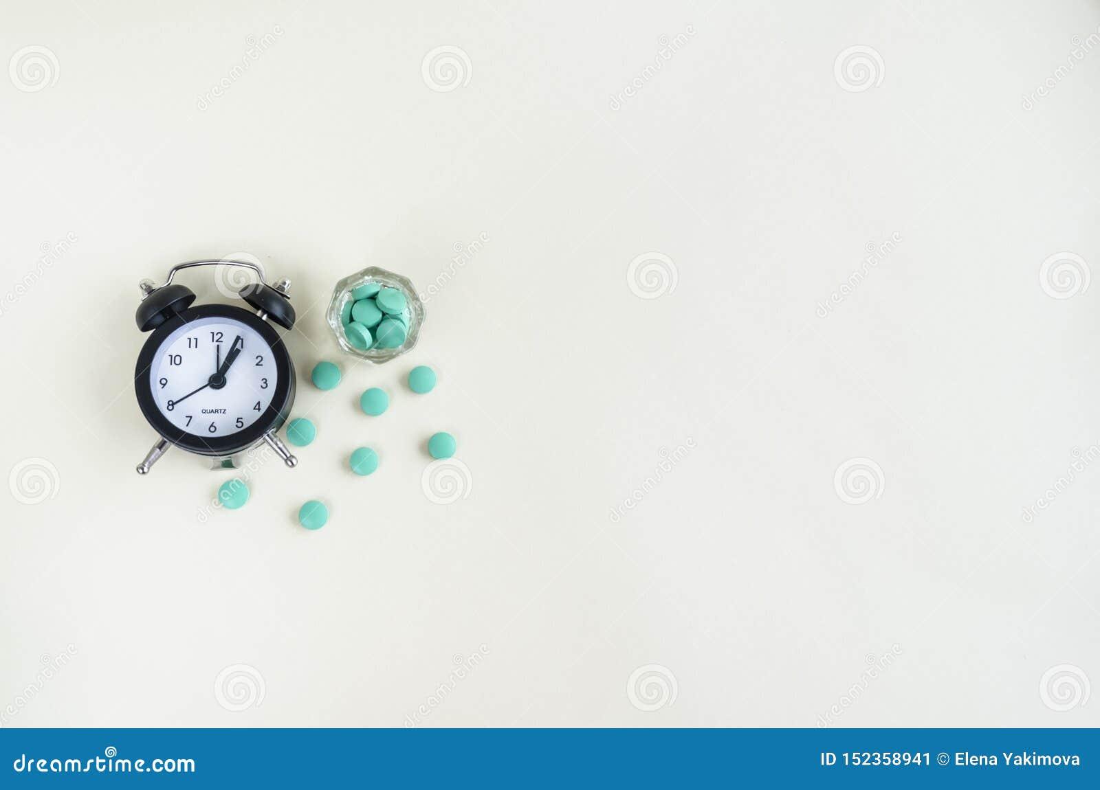 L horloge et les pilules sortent d une bouteille de médecine temps de pilule Copiez l espace