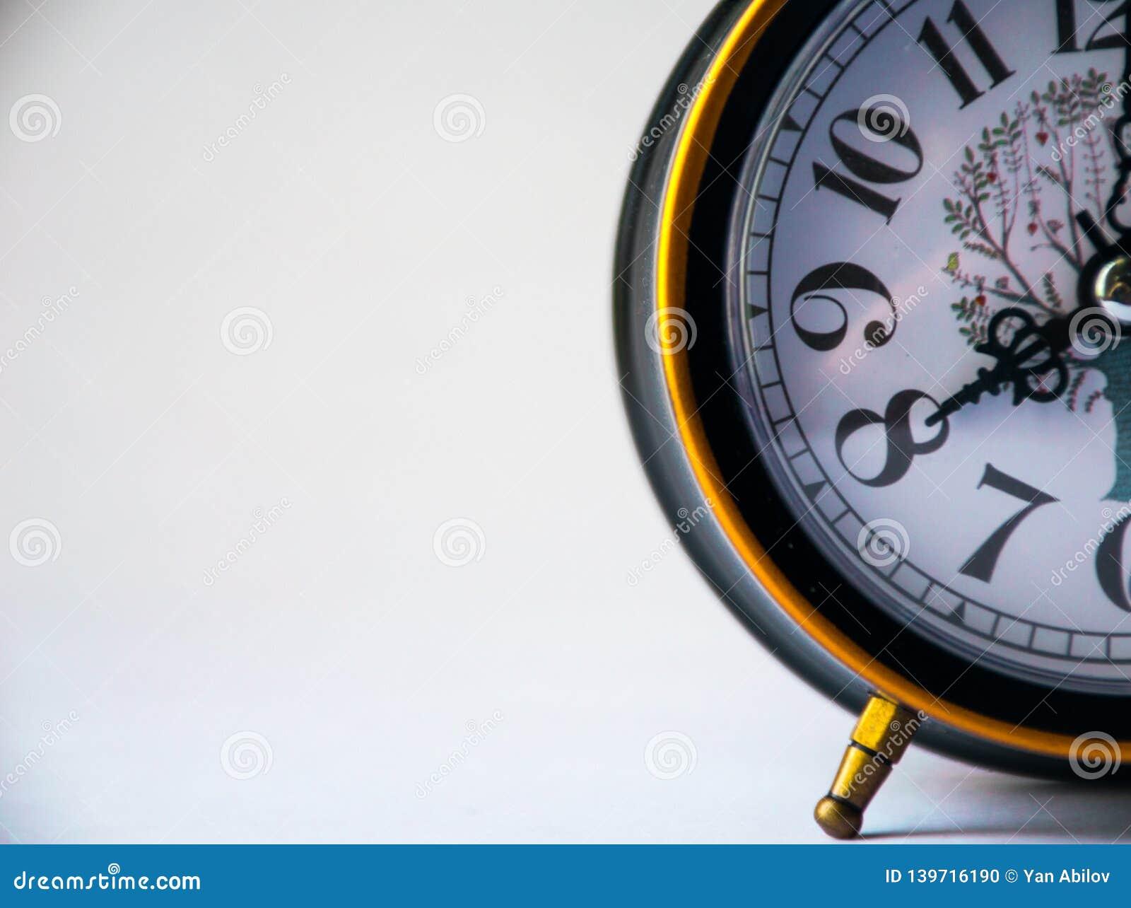 L horloge noire montre le 8h du matin, réveil
